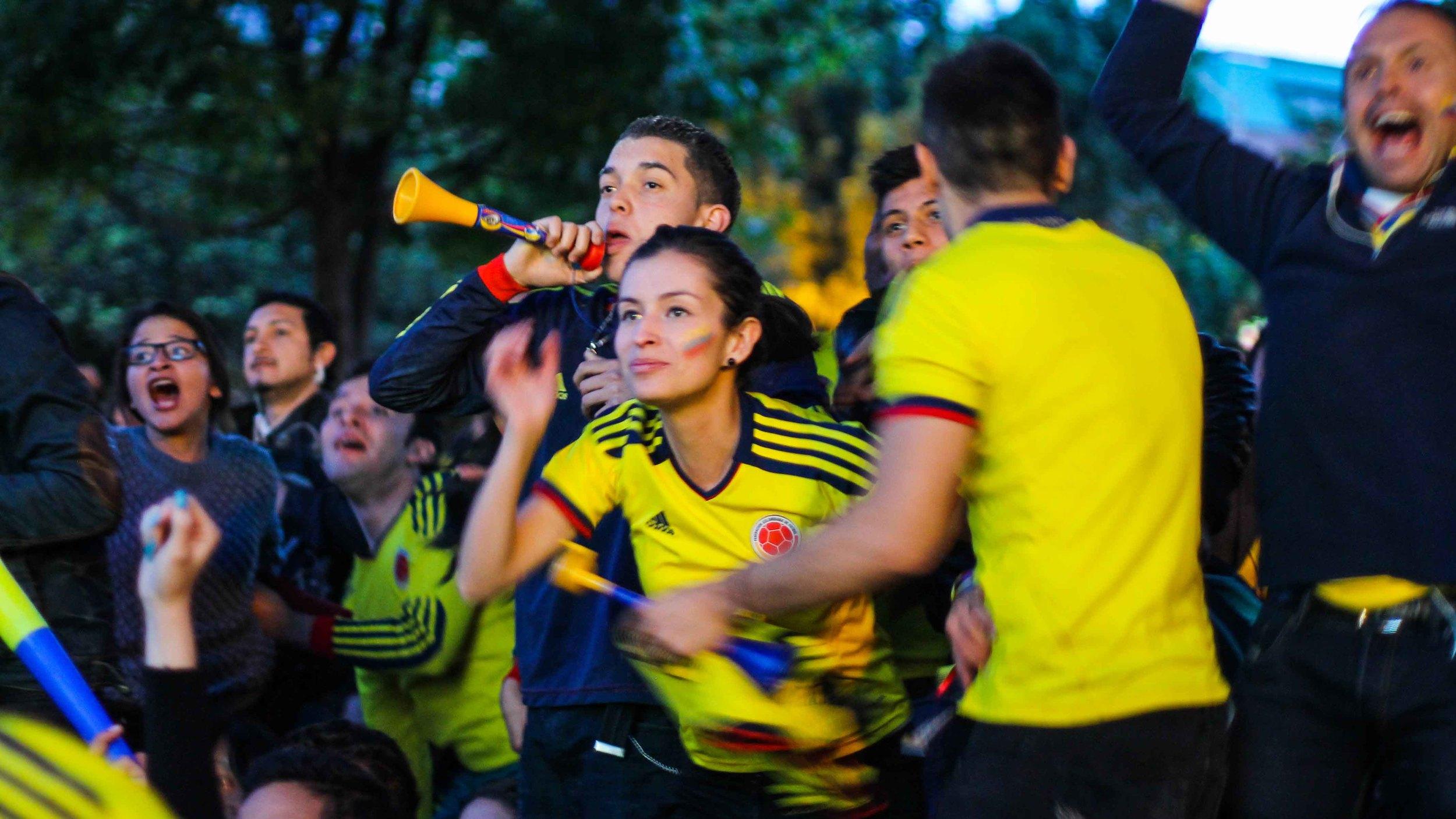 Colombian women, excellent. Colombian women in football shirts, hermosísima.