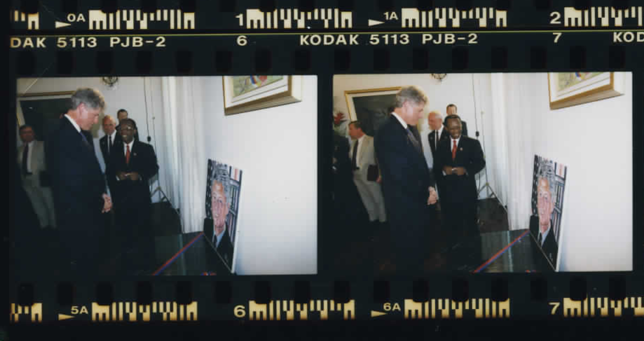 President Clinton looking at a painting of himself in Haiti on March 31, 1995 (Photo sheet: P026006)