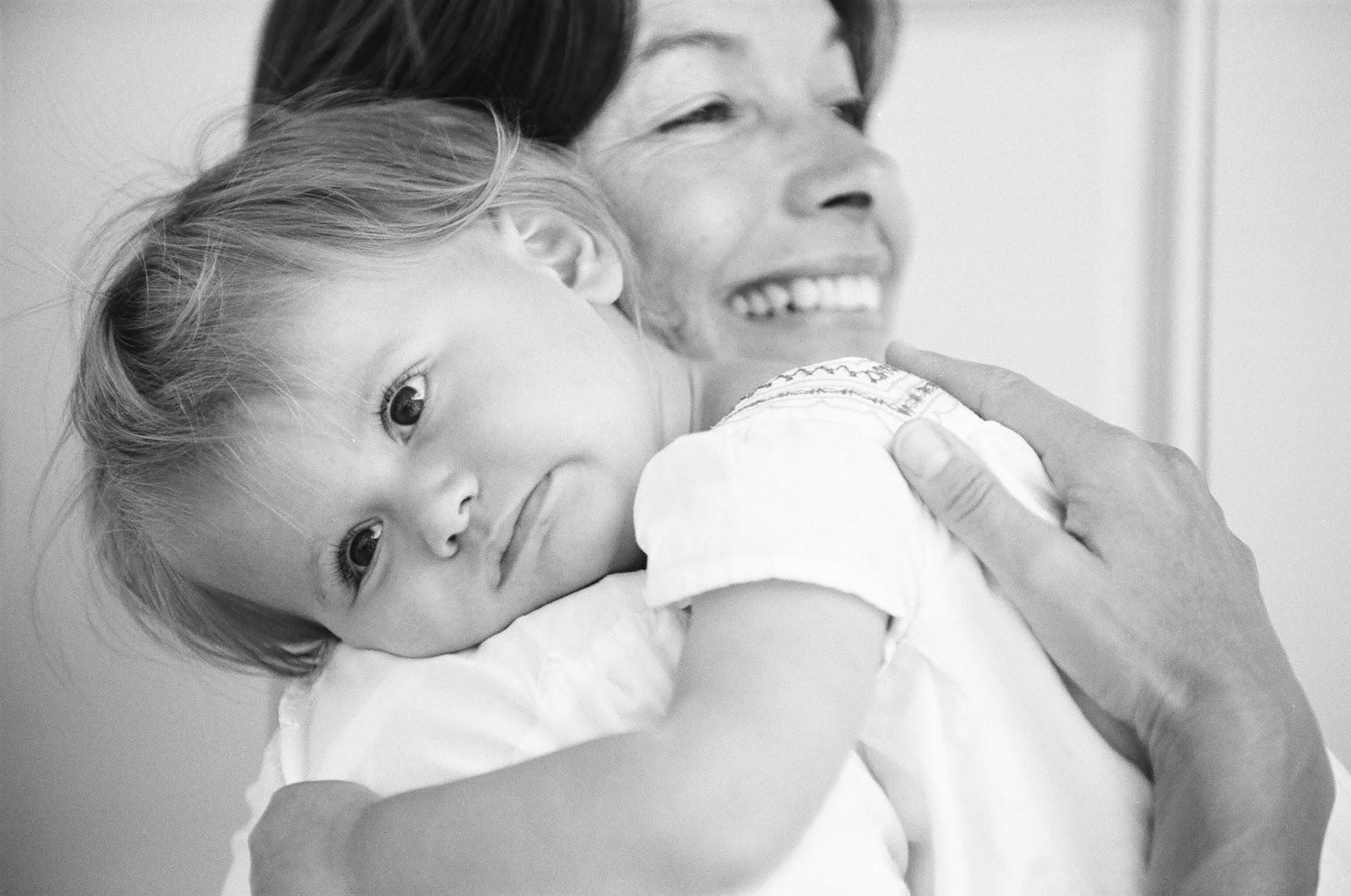 sylvie-gil-film-photography-portrait-family-girl-little-black-white-mom