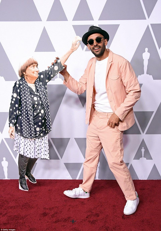 Na cerimônia de indicados ao Oscar, JR e reprodução em tamanho real de Agnès Varda