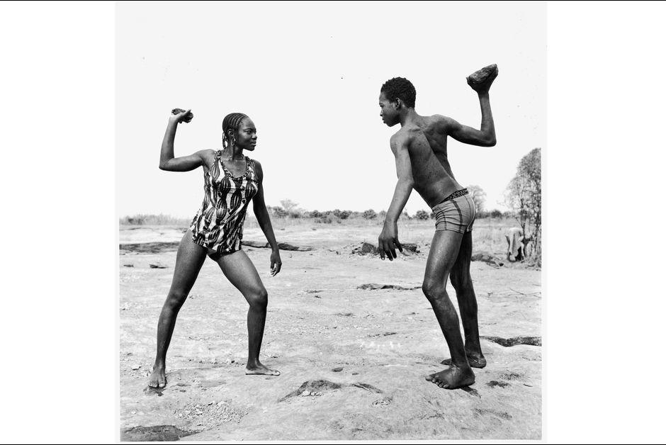 Malick Sidibé, Batalha de amigos com pedras, 1976