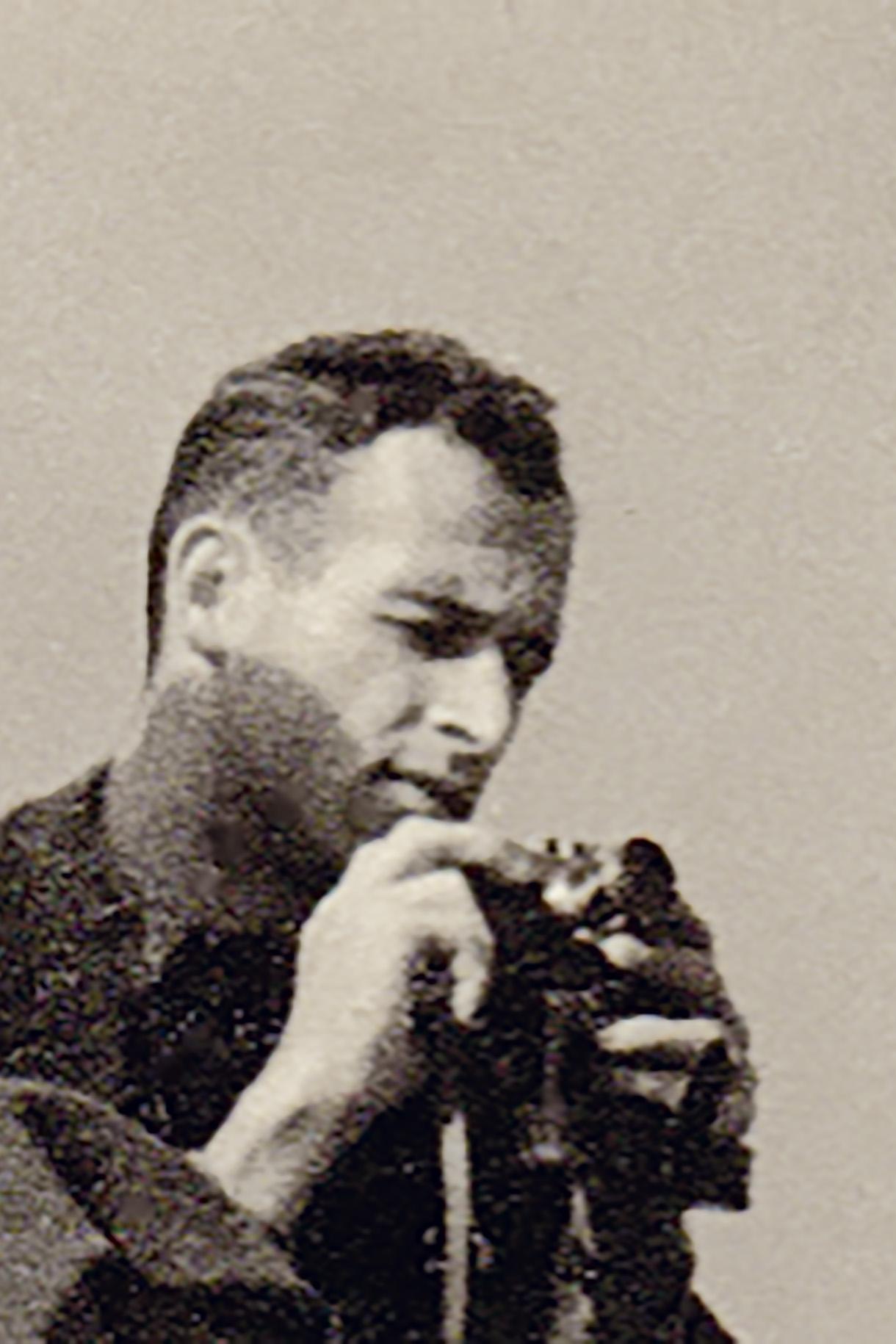 Gerhard Valentin com sua Leica, 1942.