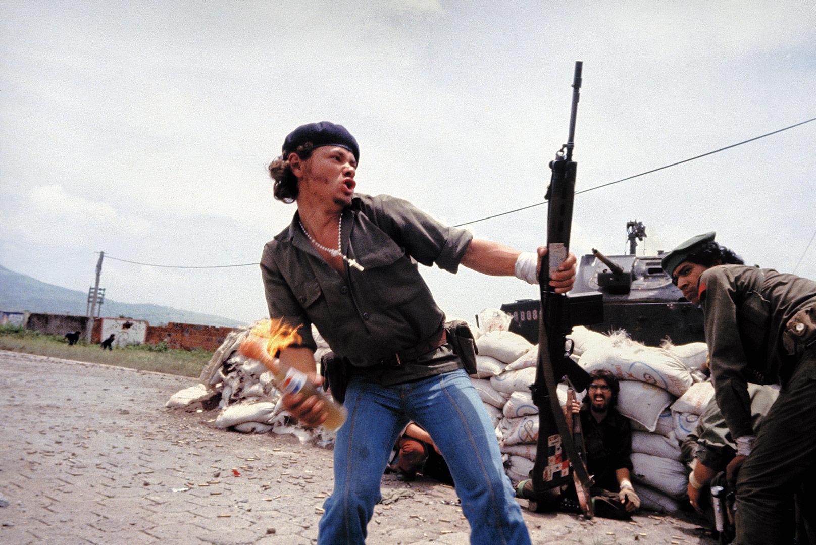 Homem Molotov, Nicaragua 1979 • Crédito: Susan Meiselas