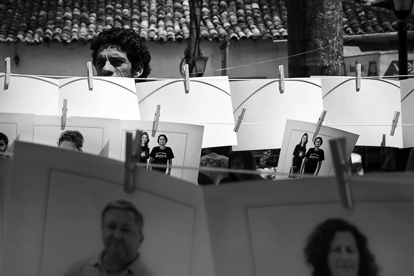 Varal de fotos na Praça, Paraty 2012 • Crédito: Luiz Baltar
