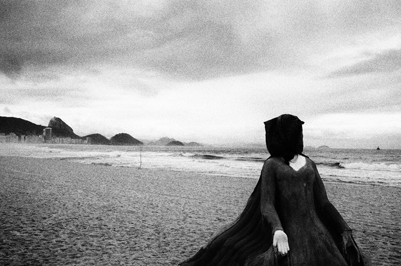 mulher-praia-copacabana-kittyparanagua.jpg