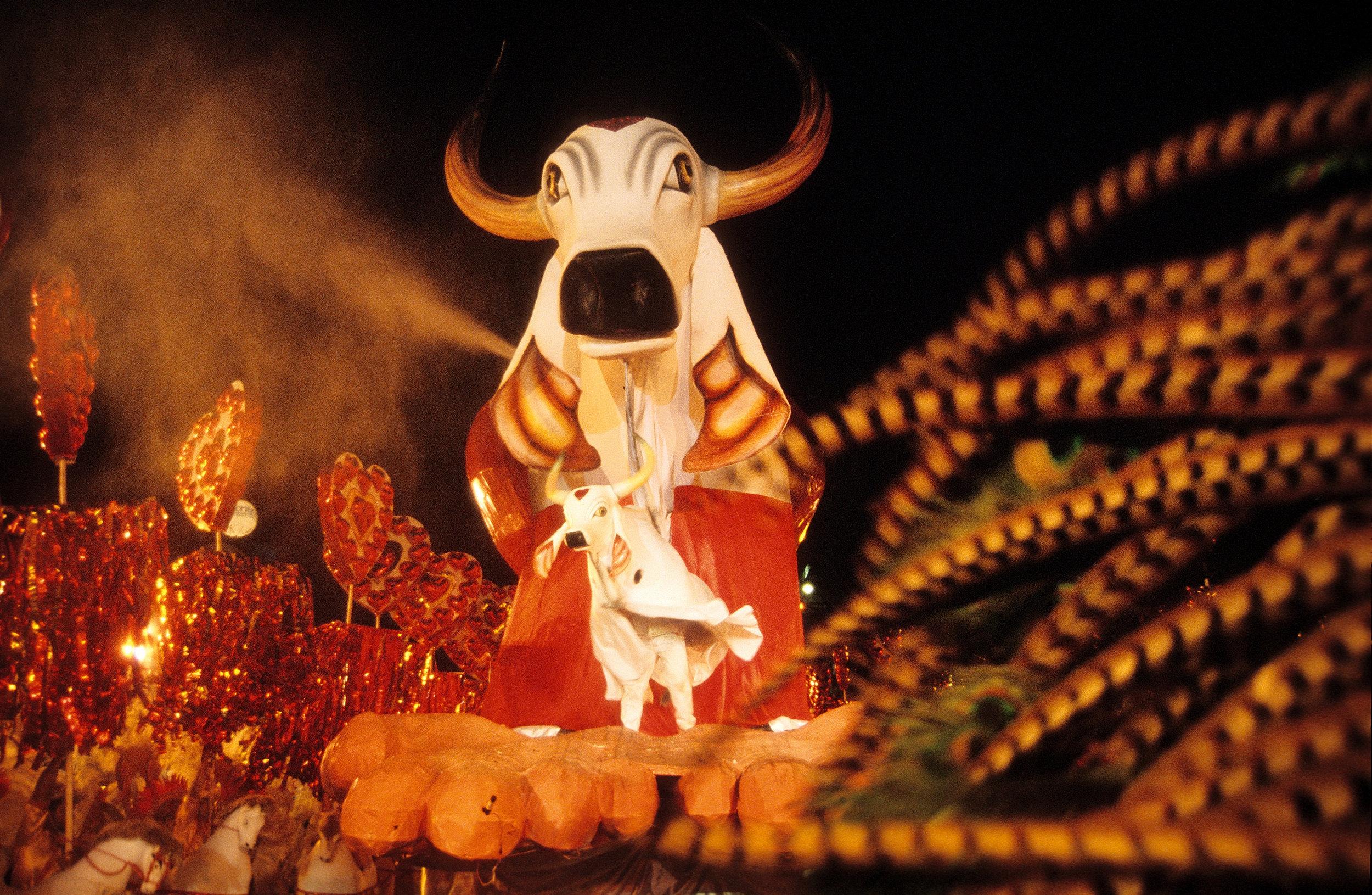 O Boi Garantido ganha vida na arena do Bumbódromo (foto Andreas Valentin, 2001).