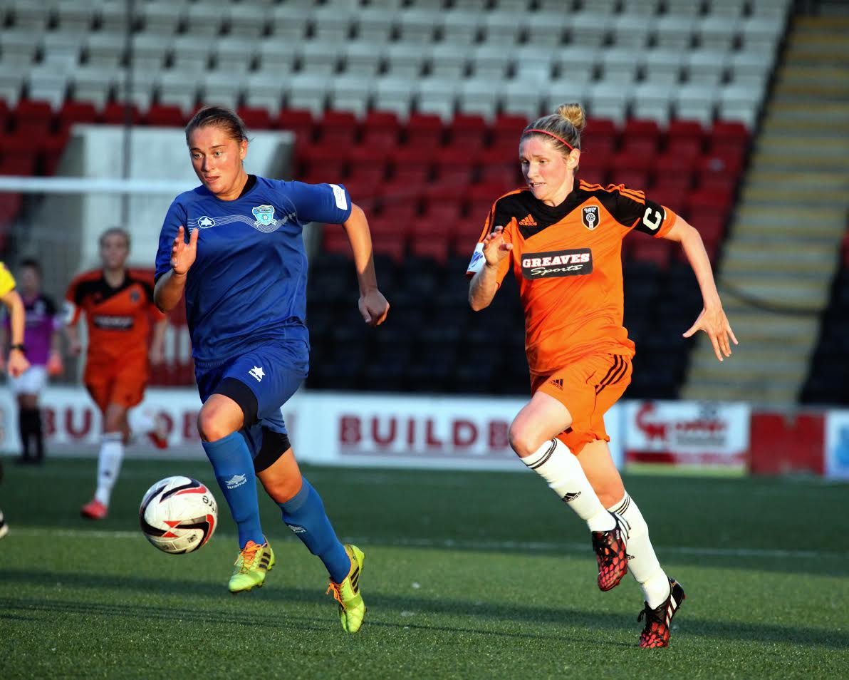 Captain Leanne Ross attacks Zamky defence. Image by Andy Buist