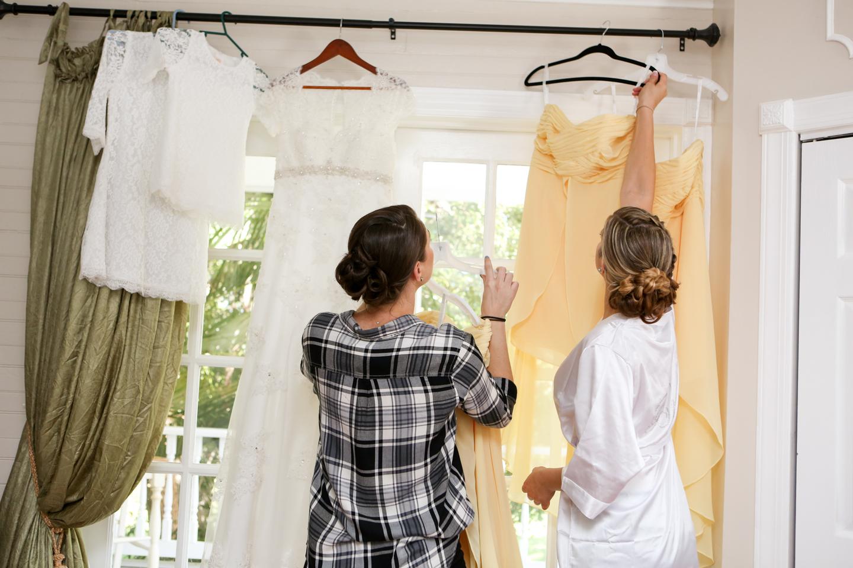www.livehappystudio.com-wedding-photographer-orlando-fun-candid-portrait-getting-ready-girls-farm13.jpg