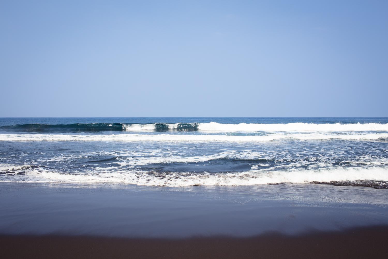 waves at waipio valley