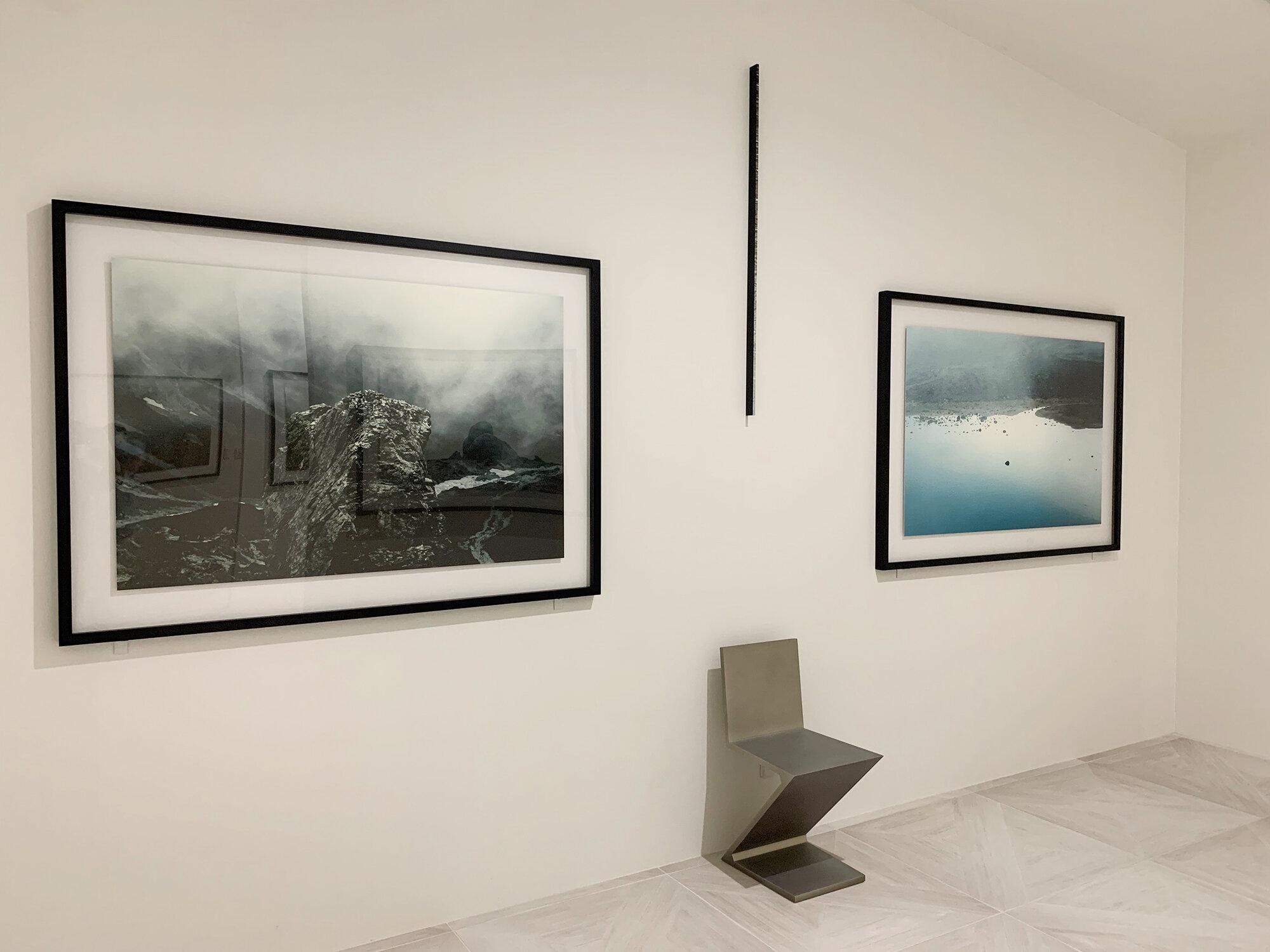 真ん中の黒い作品は漆を扱う岩田俊彦さんの作品で、正面から見ると螺鈿細工がキラキラと光るとても美しい作品です。空間が引き締まります。