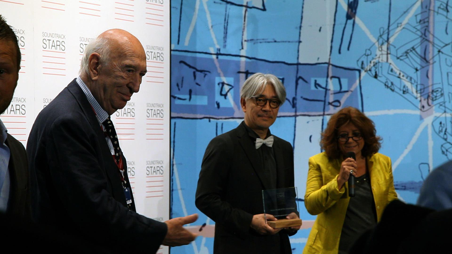 Mr. Ryuichi Sakamoto receiving his prize photo courtesy : tiwi_FREE EVENT