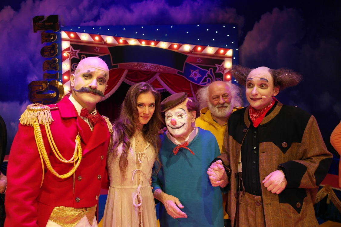 Erika with cast members      Yegor Druzhinin ,   Pierre Étaix  ,  Semen Shuste r  and      Slava Polunin     who attended the last show.