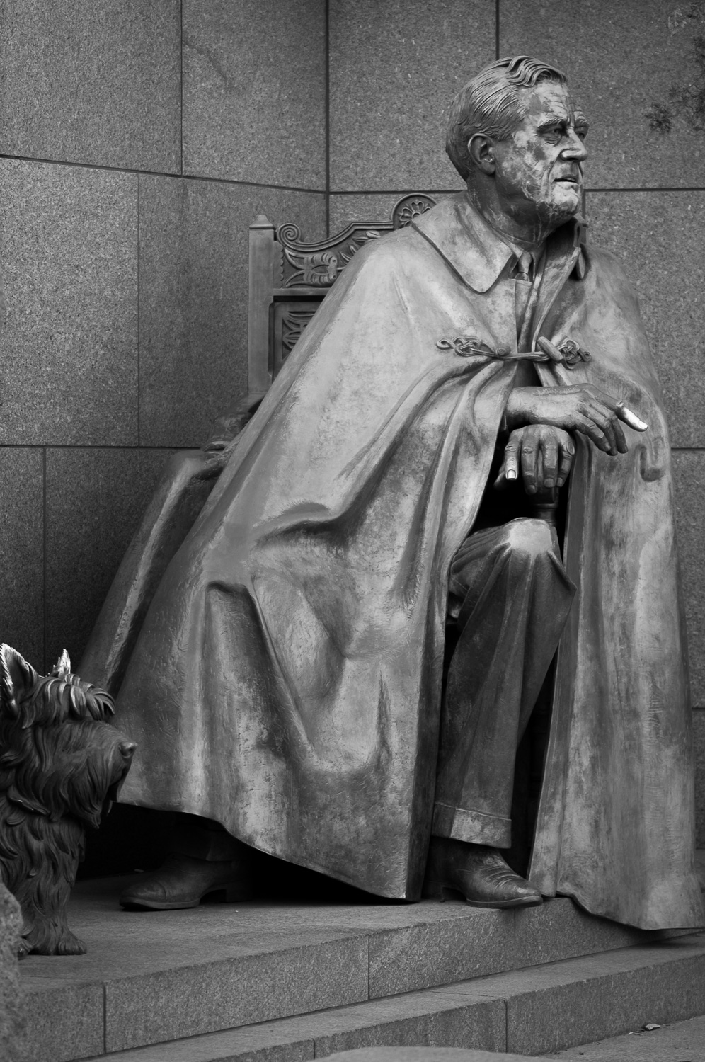 Black and white photo of statue of Franklin Delano Roosevelt and his dog in Franklin Delano Roosevelt Memorial.