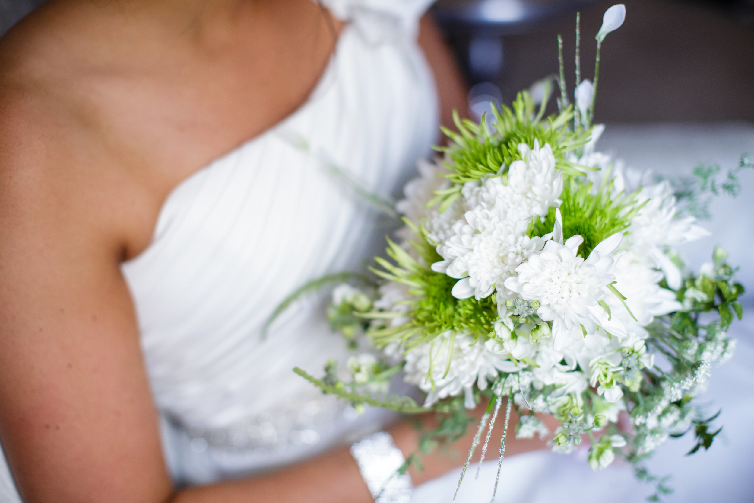 omaha-venue-the-living-room-white-black-downtown-wedding-green-white-bouquets