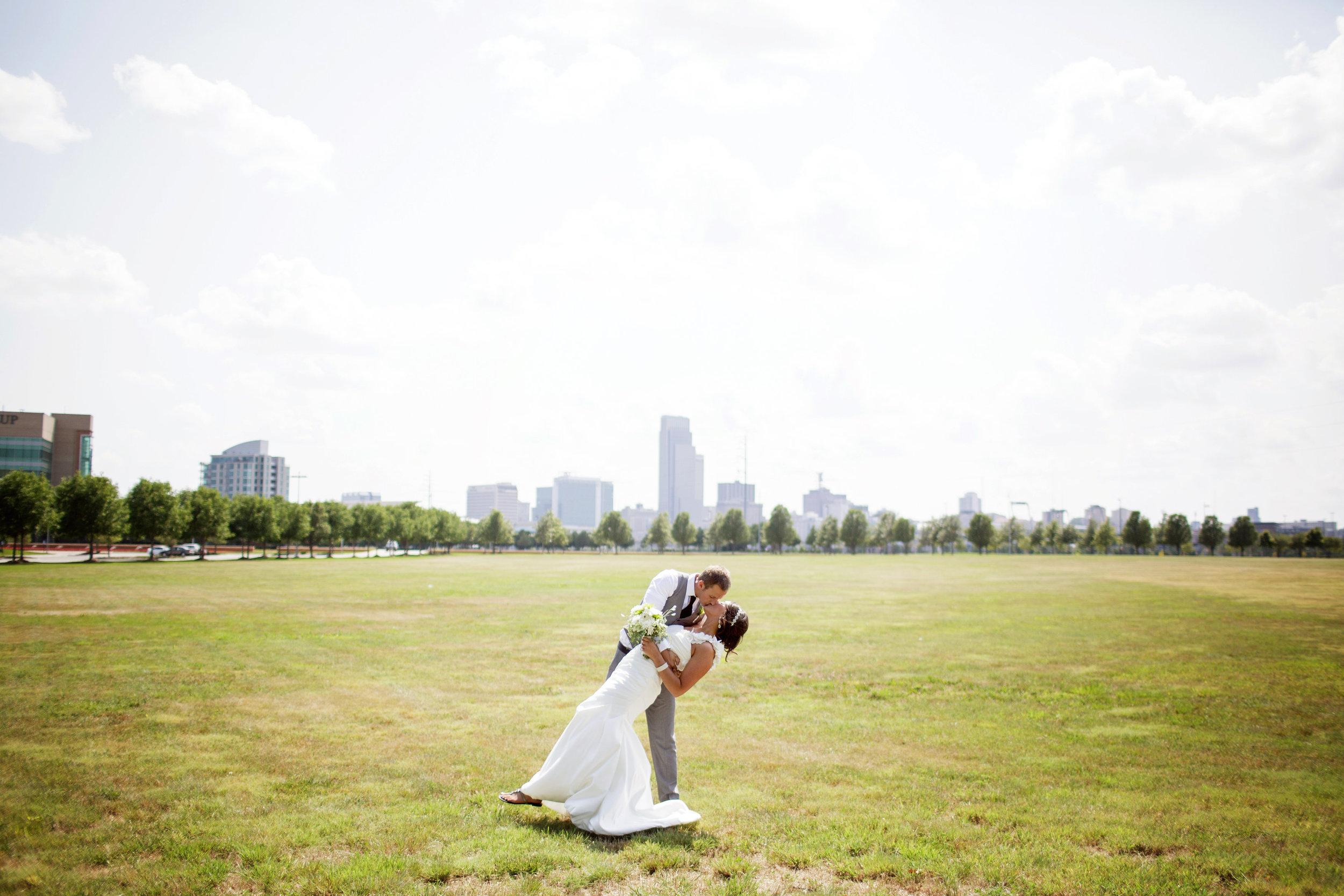 omaha-venue-the-living-room-white-black-downtown-wedding-skyline-nebraska