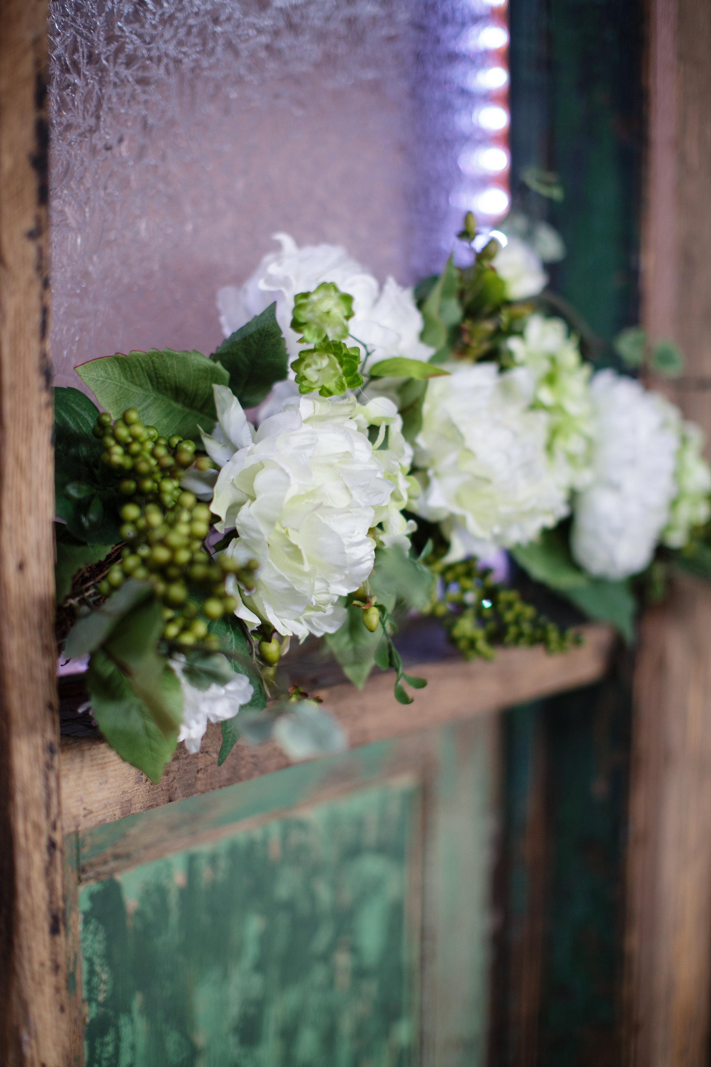 omaha-venue-the-living-room-white-black-downtown-wedding-green-white-decor