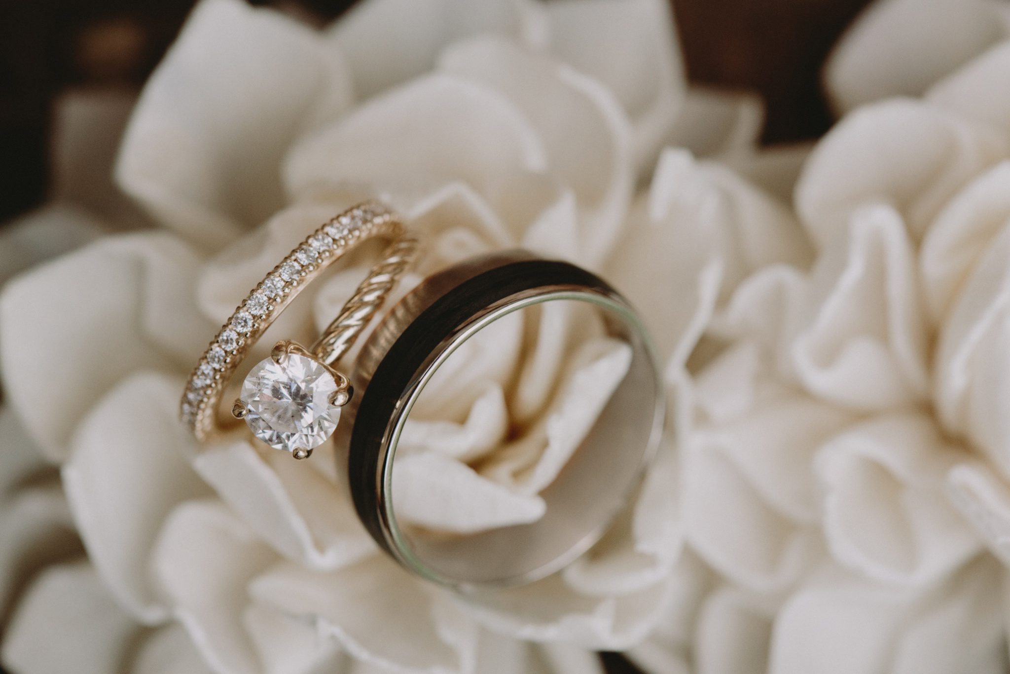 iowa-venue-fort-dodge-church-ceremony-white-roses-wedding-ring