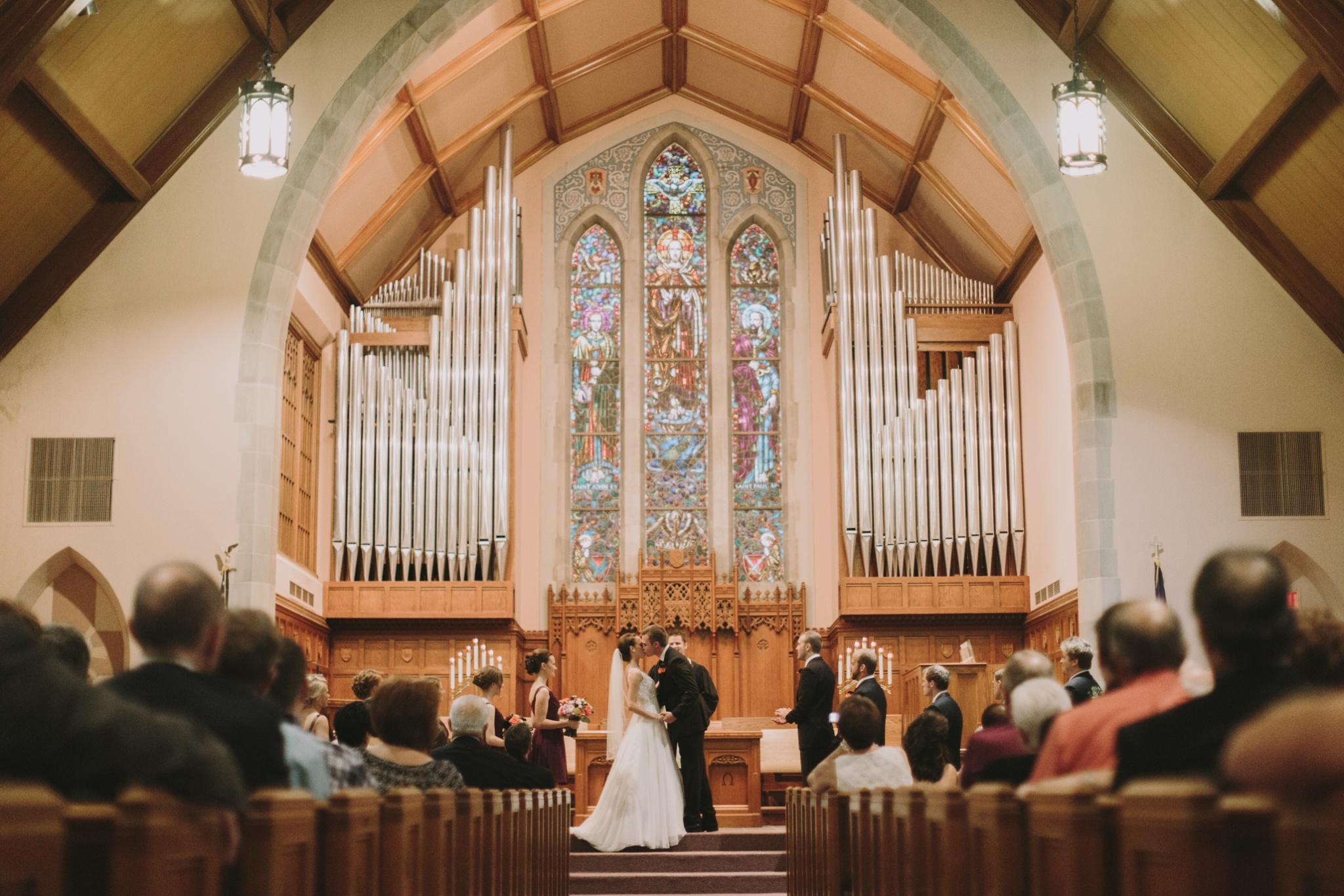 iowa-venue-fort-dodge-church-ceremony-first-presbyterian-first-kiss