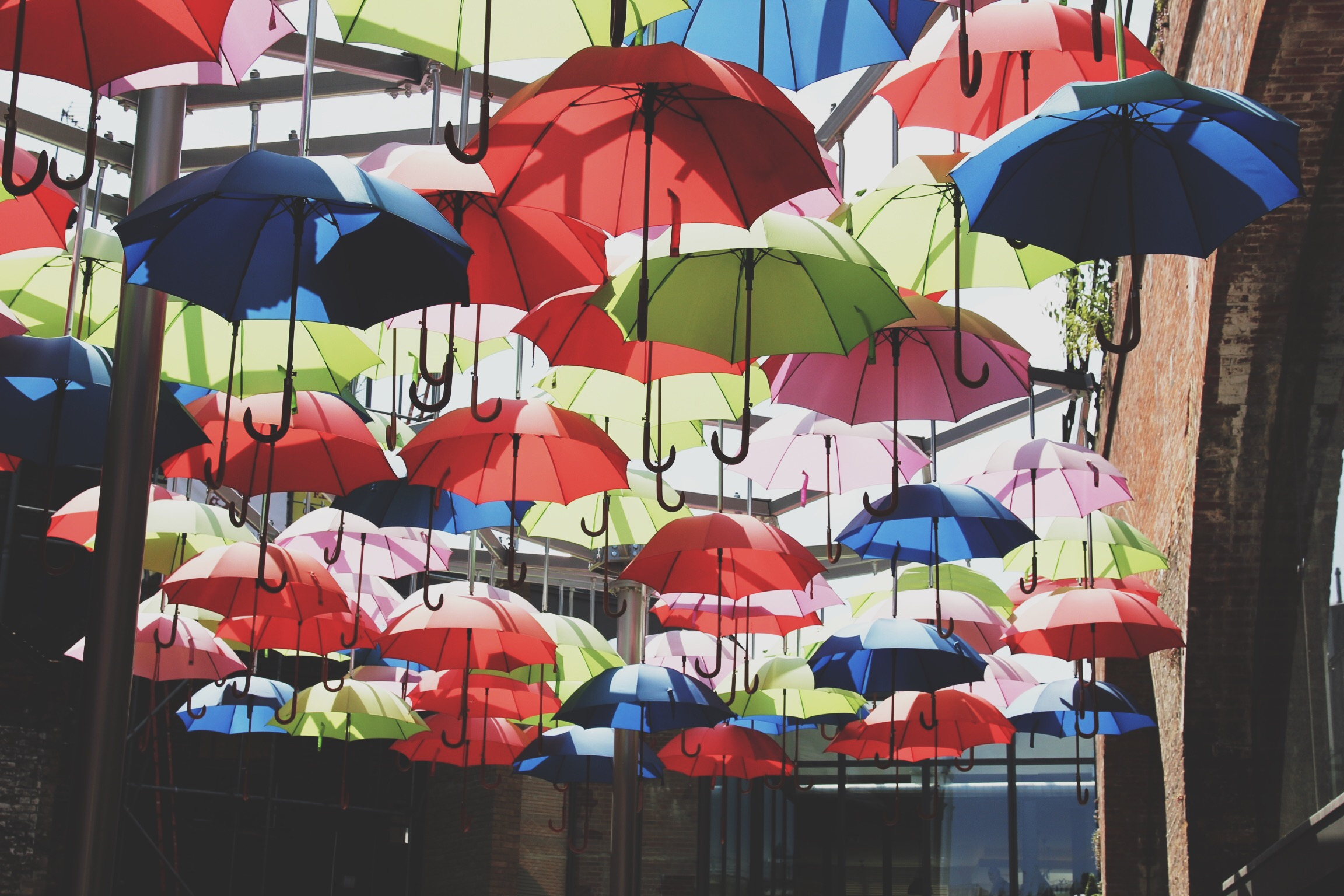 borough-mkt-vinopolis-parapluies-londres.jpg