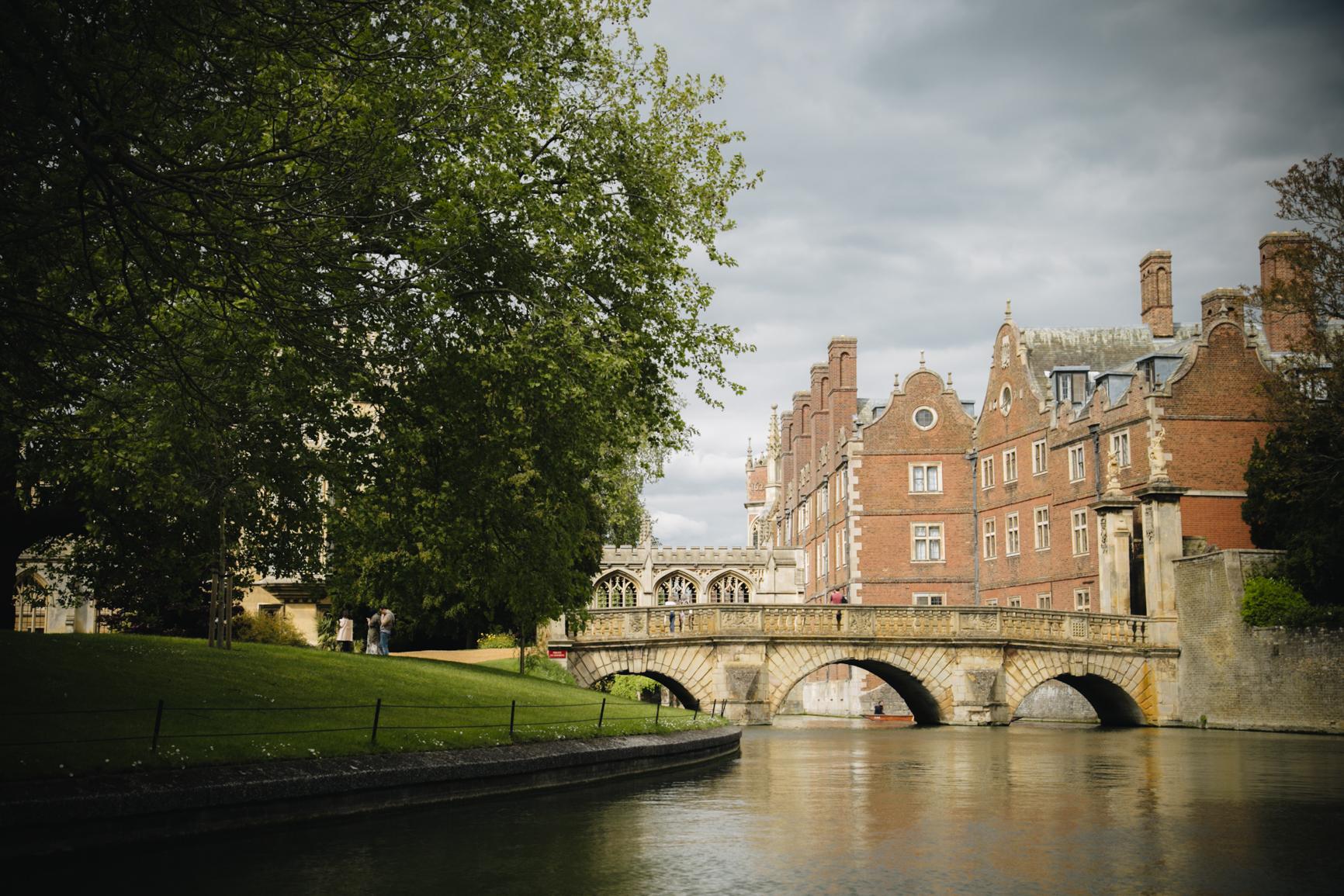 Punting-in-Cambridge-bridge-university.jpg