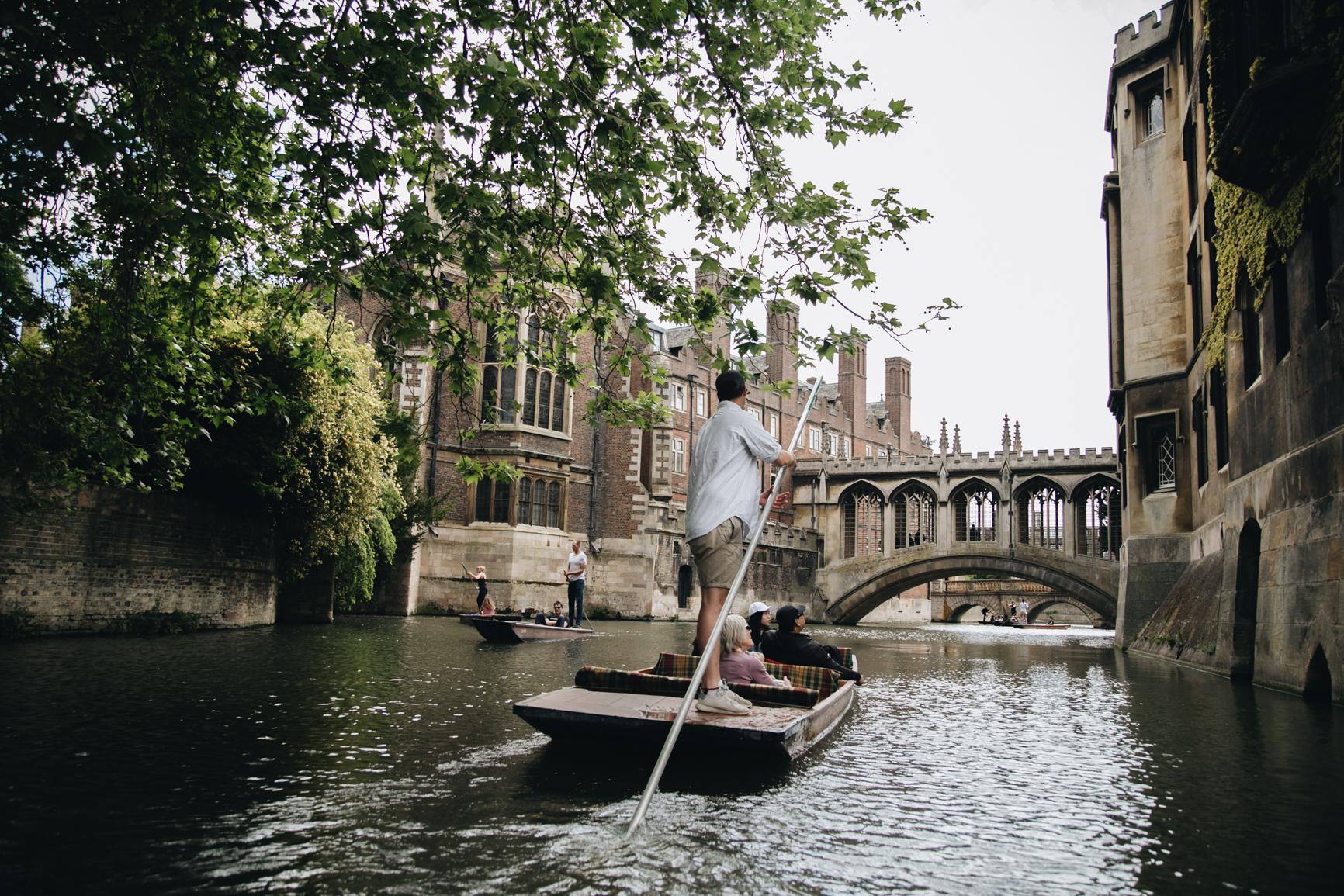 Punting-in-Cambridge-pont-des-soupirs-universite.jpg