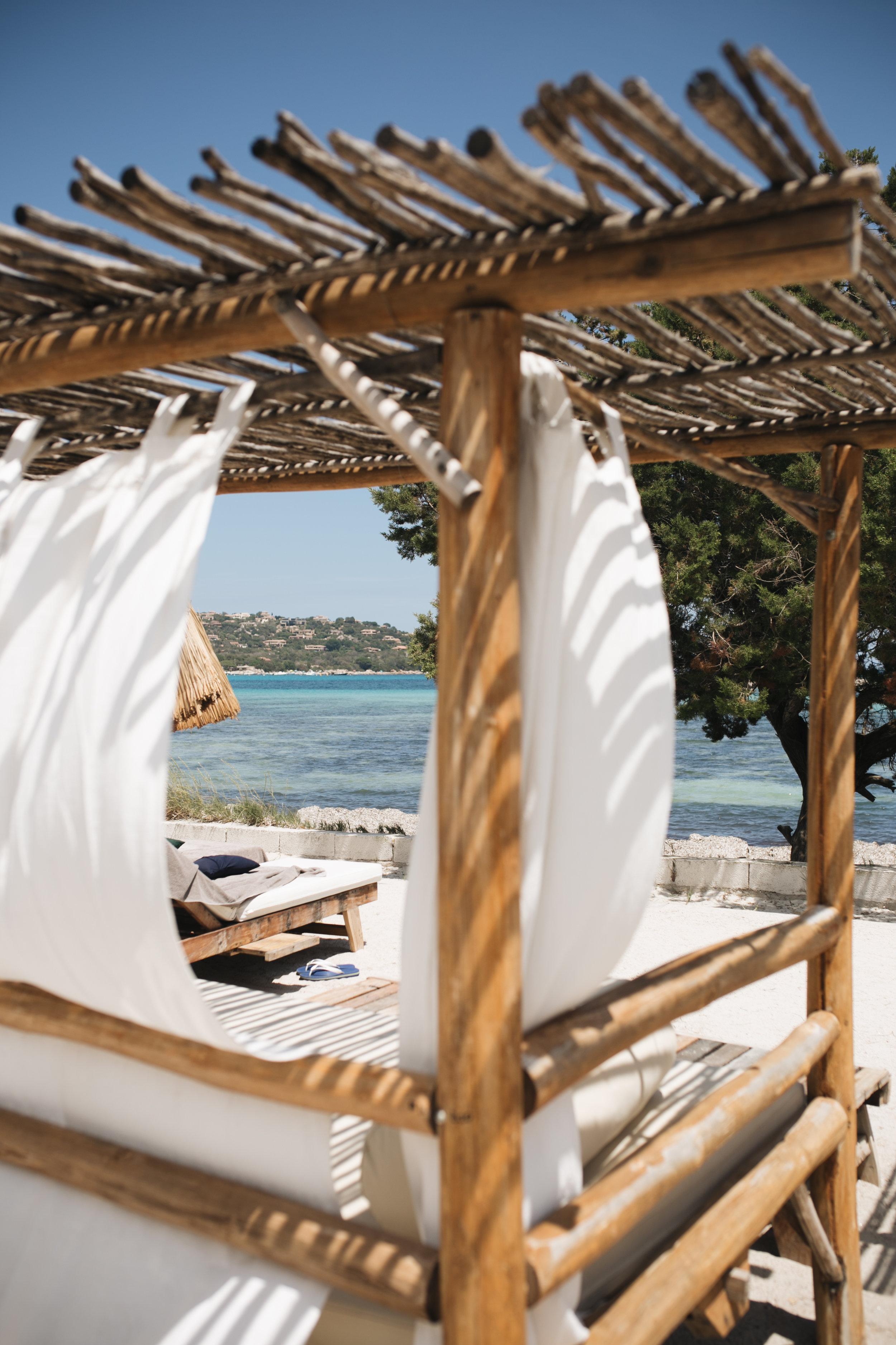 oasis-santa-giulia-porto-vecchio-plage-daybed.jpg