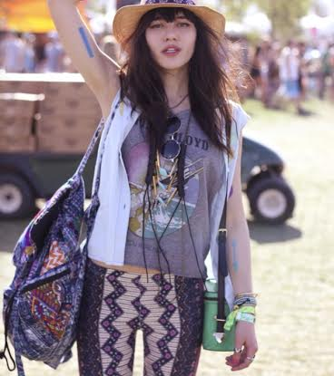 This festival babe has it all: round sunglasses, lots of necklaces, a straw hat and an awesome book bag!