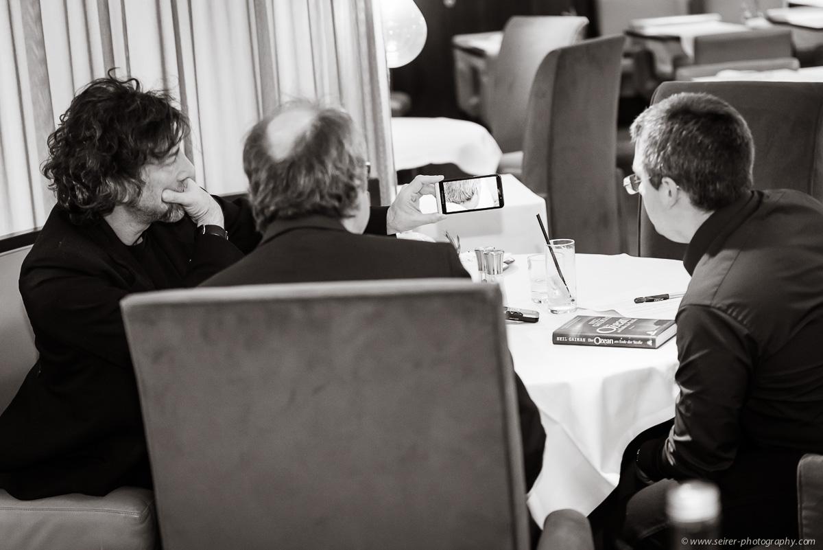 v.l.n.r.: Neil Gaiman, Dr. Bernhard Praschl (Kurier), Stefan Cernohuby