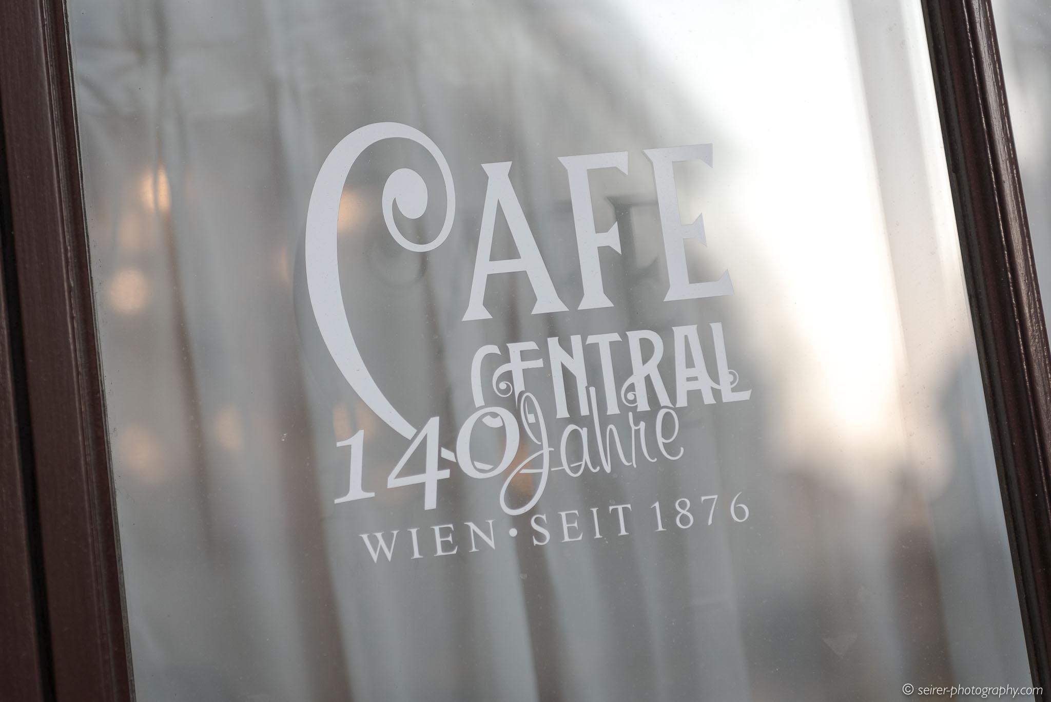 Fensterscheibe mit dem 140 Jahre Jubiläum vom Café Central