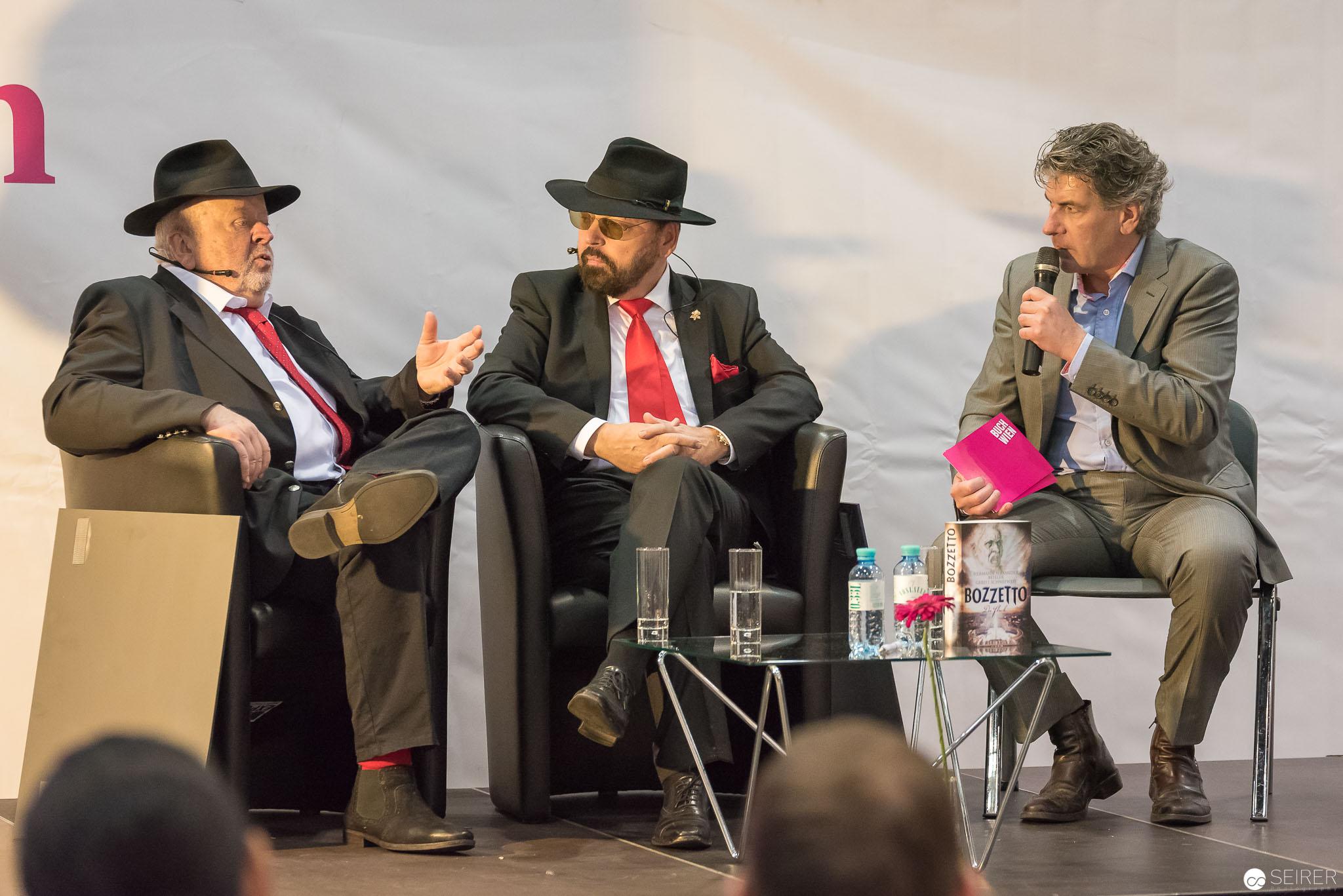 """Gerd J. Schneeweis und Hermann Alexander Beyeler mit ihrem Buch """"Bozzetto"""" auf der Buch Wien 2016"""