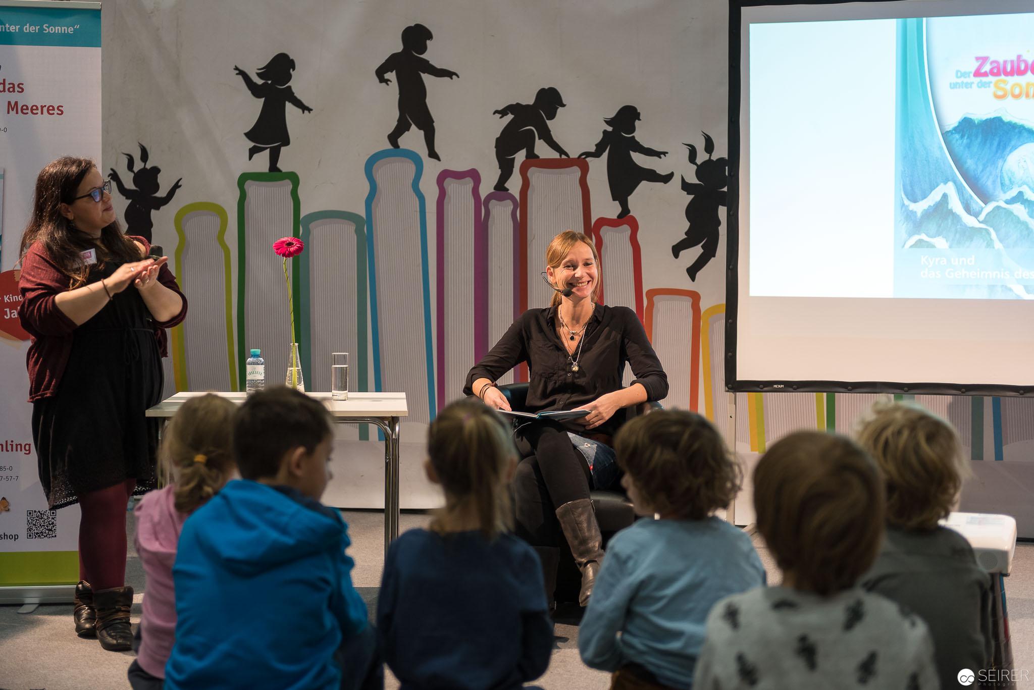 """Amanda Koch mit """"Der Zauber unter der Sonne: Kyra und das Geheimnis des Meeres"""" auf der Kinderbühne"""