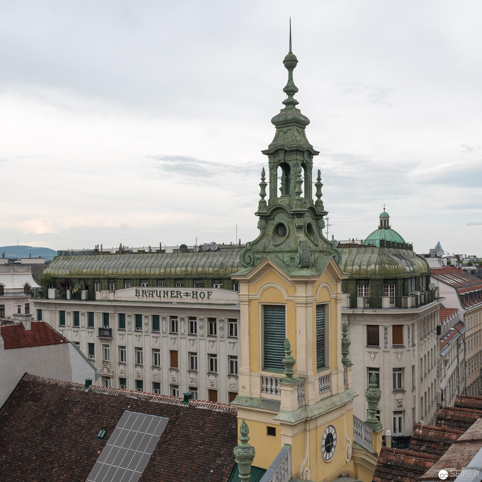 Brauner Hof und Reformierte Stadtkirche Wien im Vordergrund