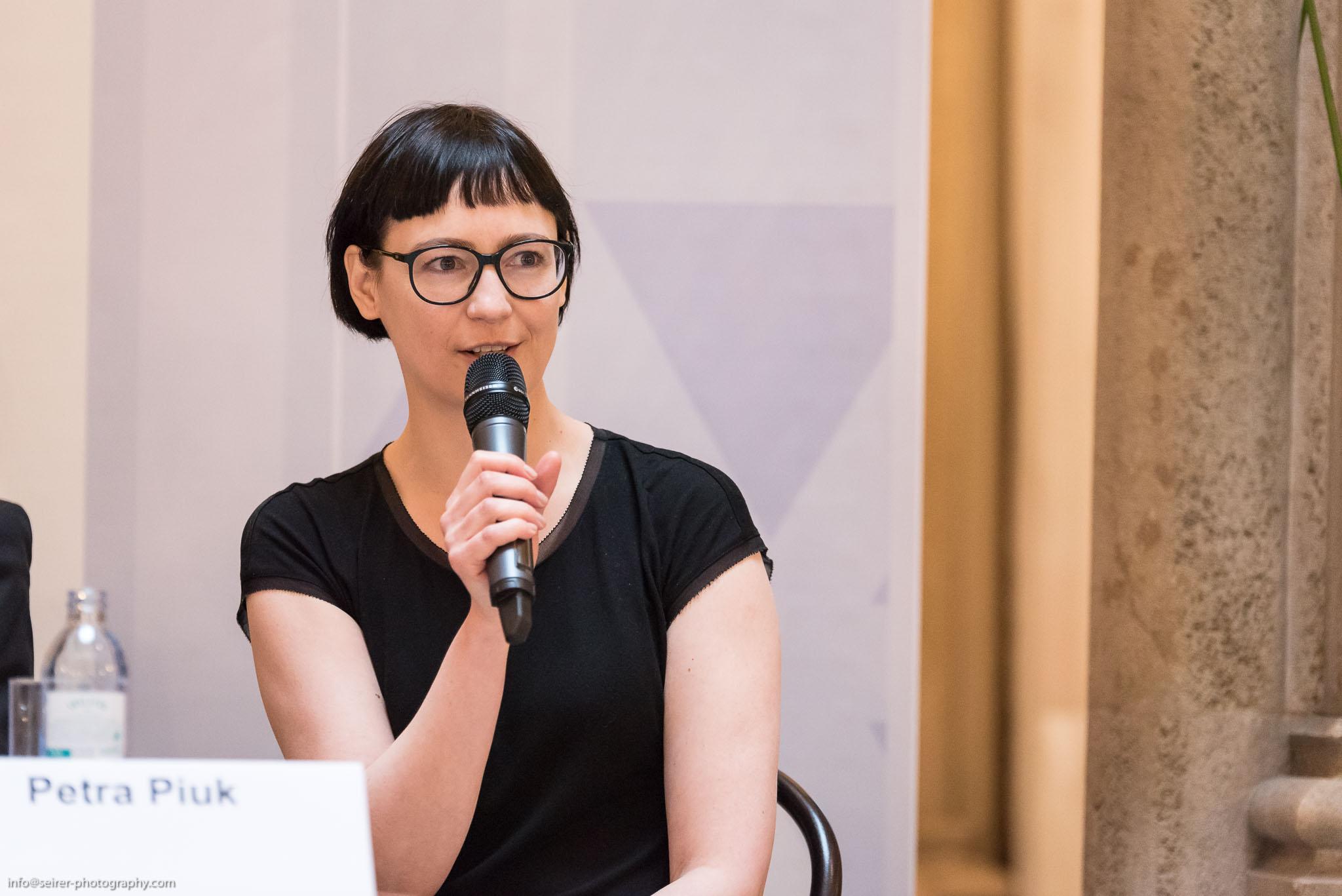"""Petra Piuk im Pressegespräch """"Das Junge Wien - Natur plus X"""" im Café Central"""