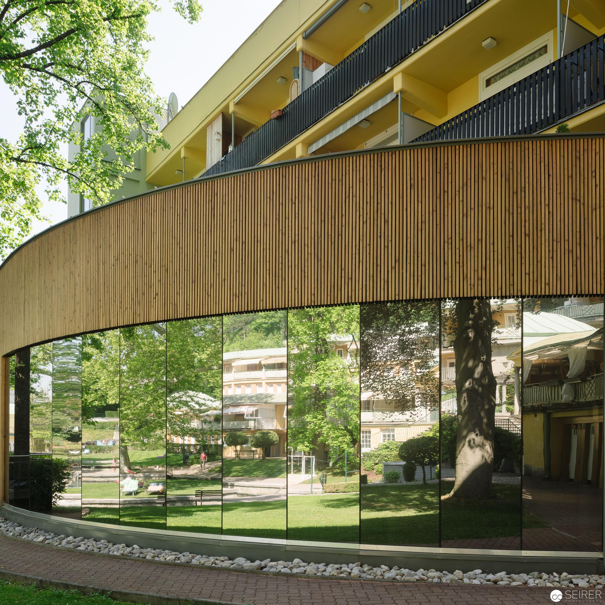 Verspiegelter halbrunder Gebäudekomplex - eines der wenigen modernen Elemente