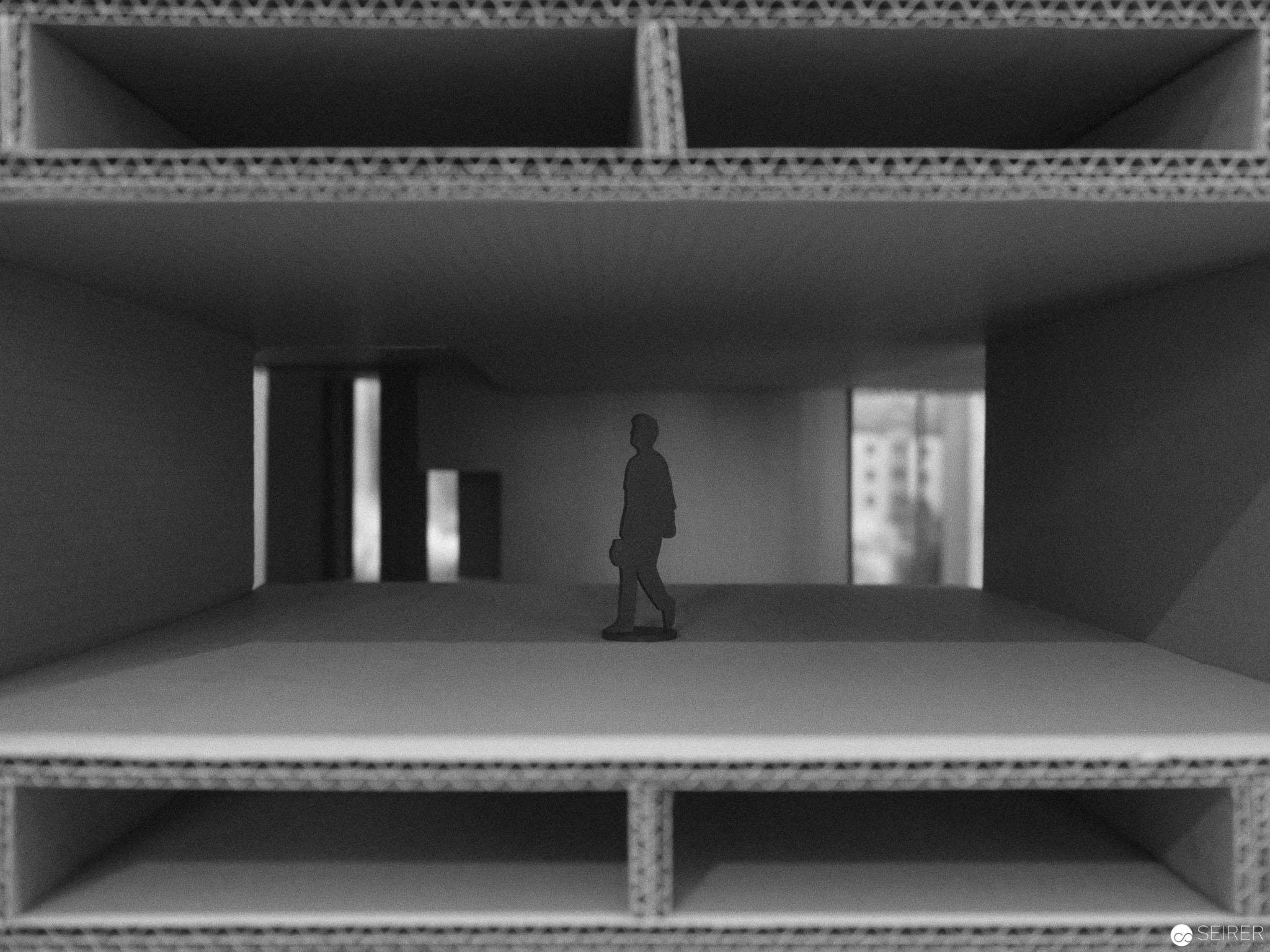 """Kartonmodell der Boston City Hall in der Ausstellung """"SOS Brutalismus"""""""