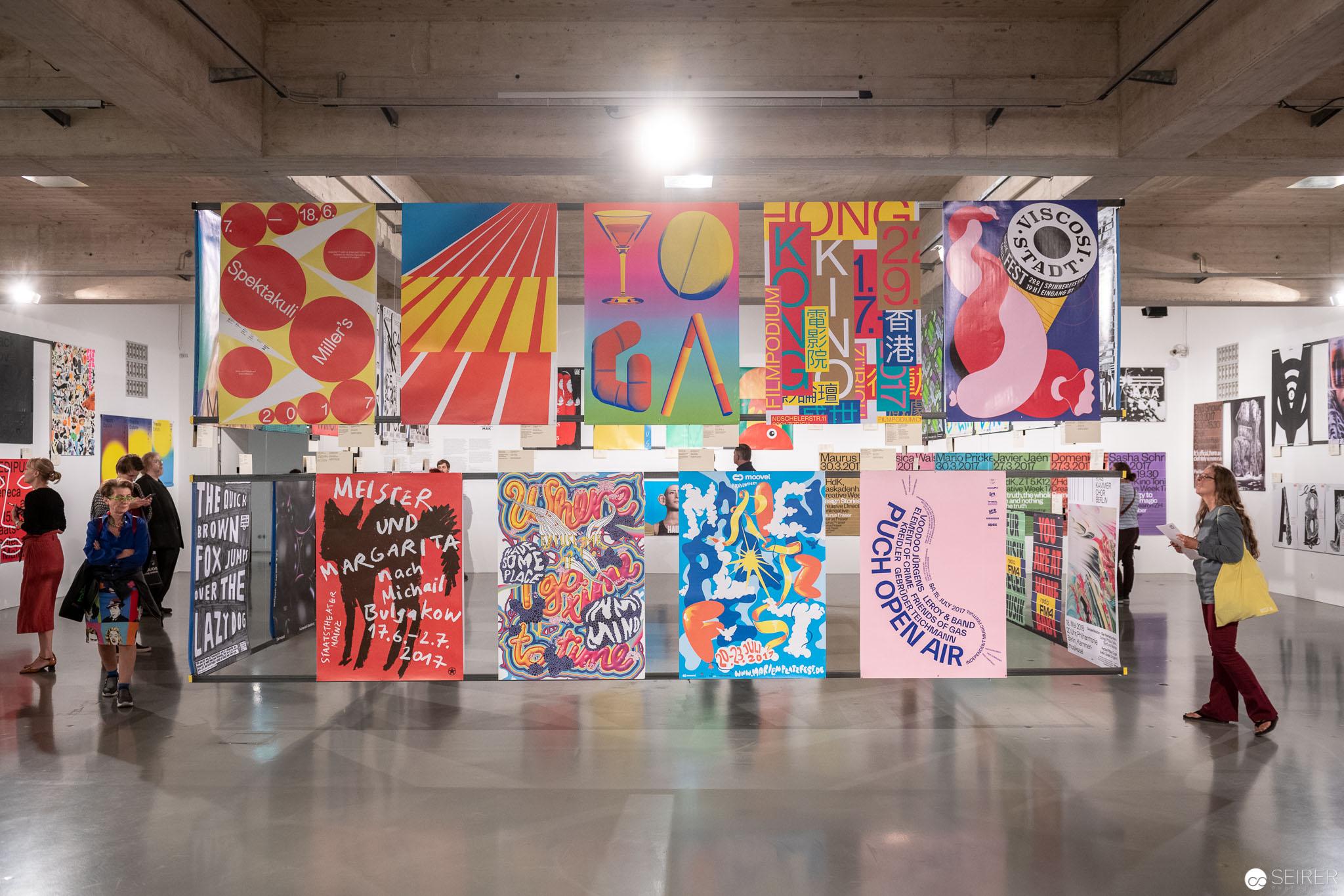 """Ausstellungsansicht """"100 BESTE PLAKATE 17"""" im Wiener MAK"""