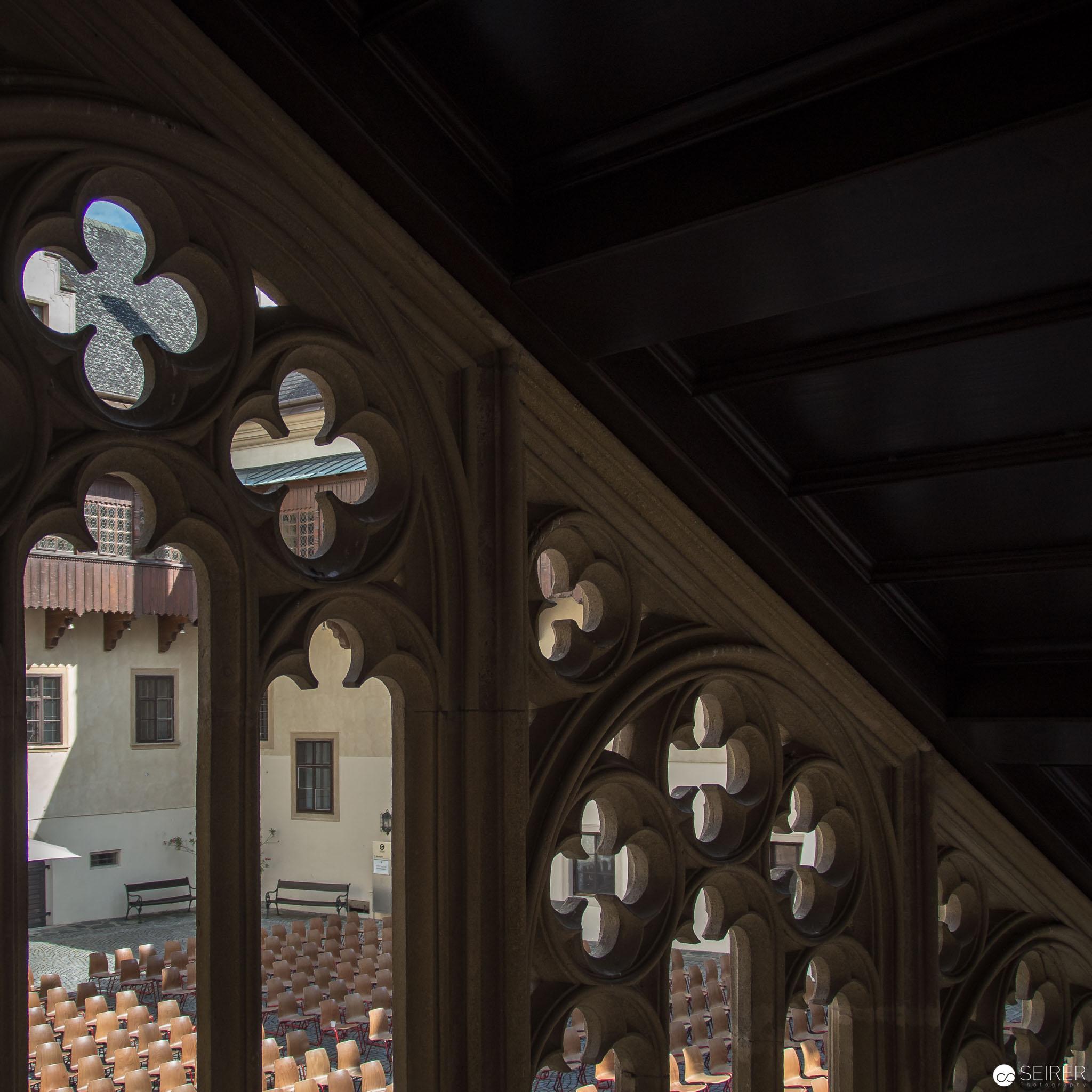 Durchblick in den Innenhof, in dem auch Konzerte aufgeführt werden