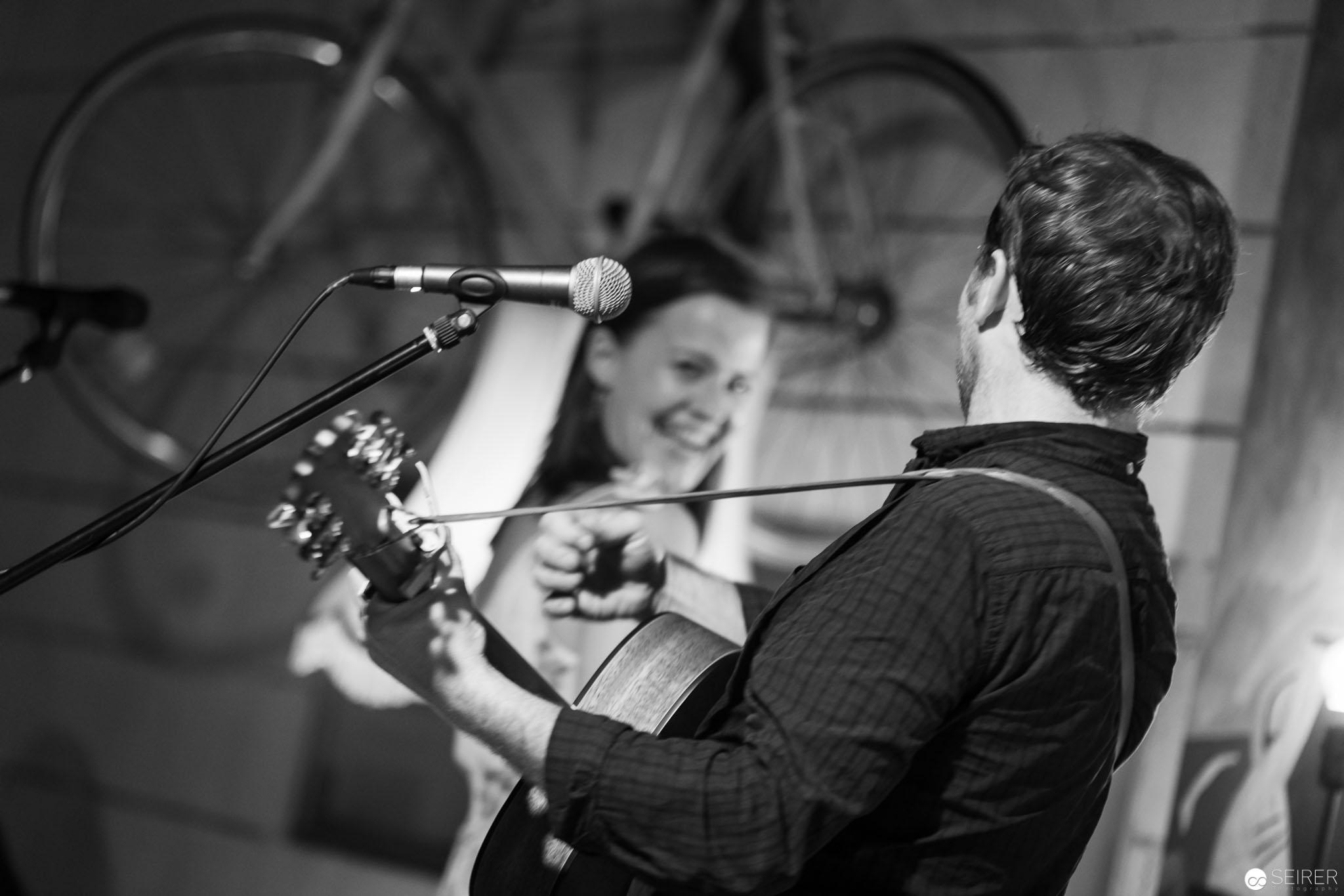 Shane und Claudia performen zusammen auf der Bühne