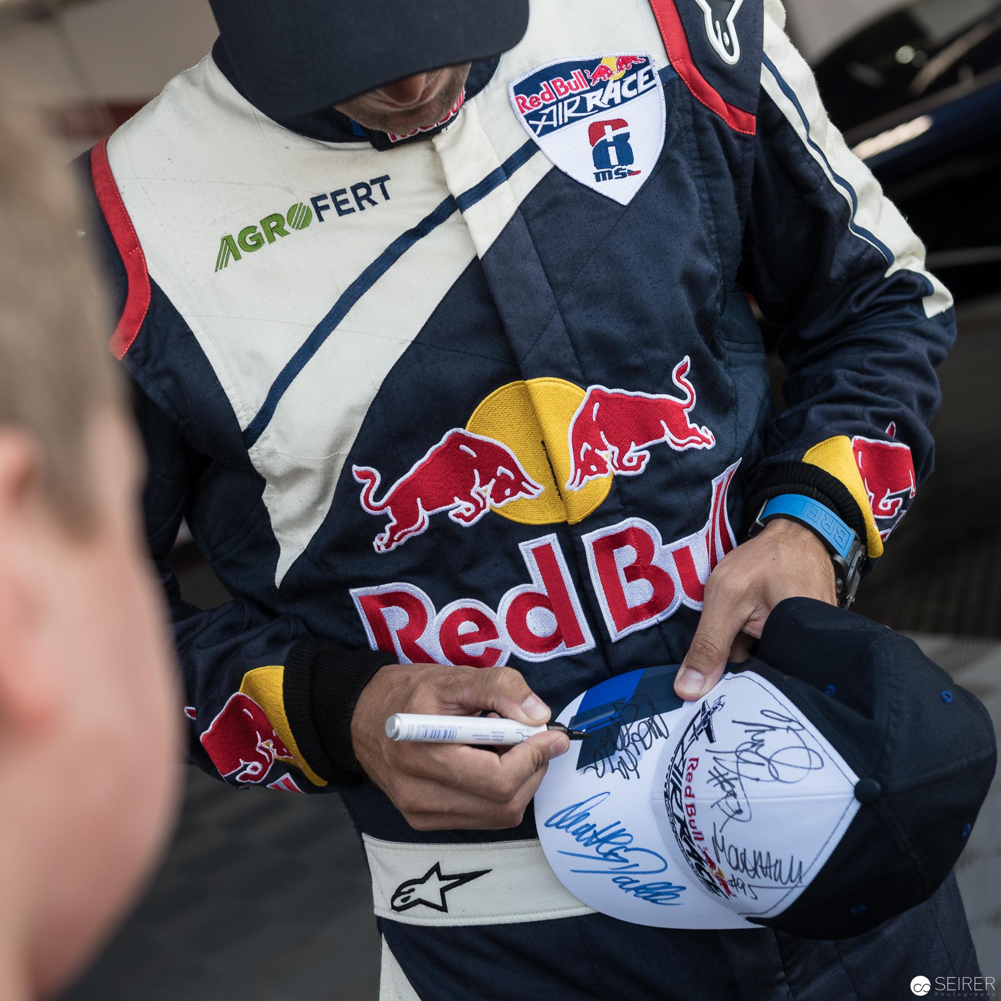 Martin Sonka gibt Autogramme, Red Bull Air Race 2018