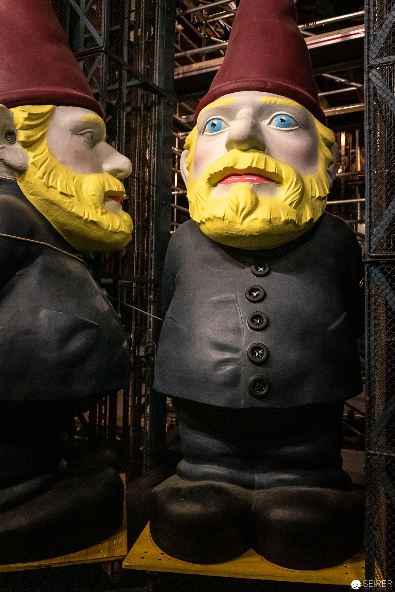"""Riesige Zwerge aus """"Ein Volksfeind"""" von Henrik Ibsen im Burgtheater"""