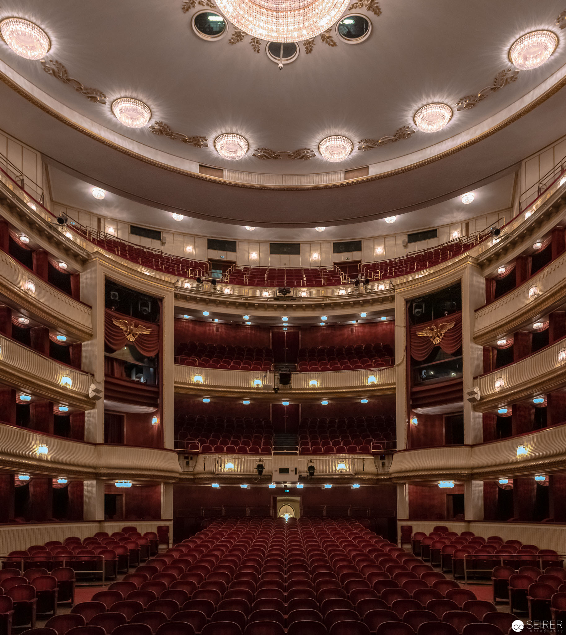 Der Zuschauerraum von der Bühne aus im Burgtheater