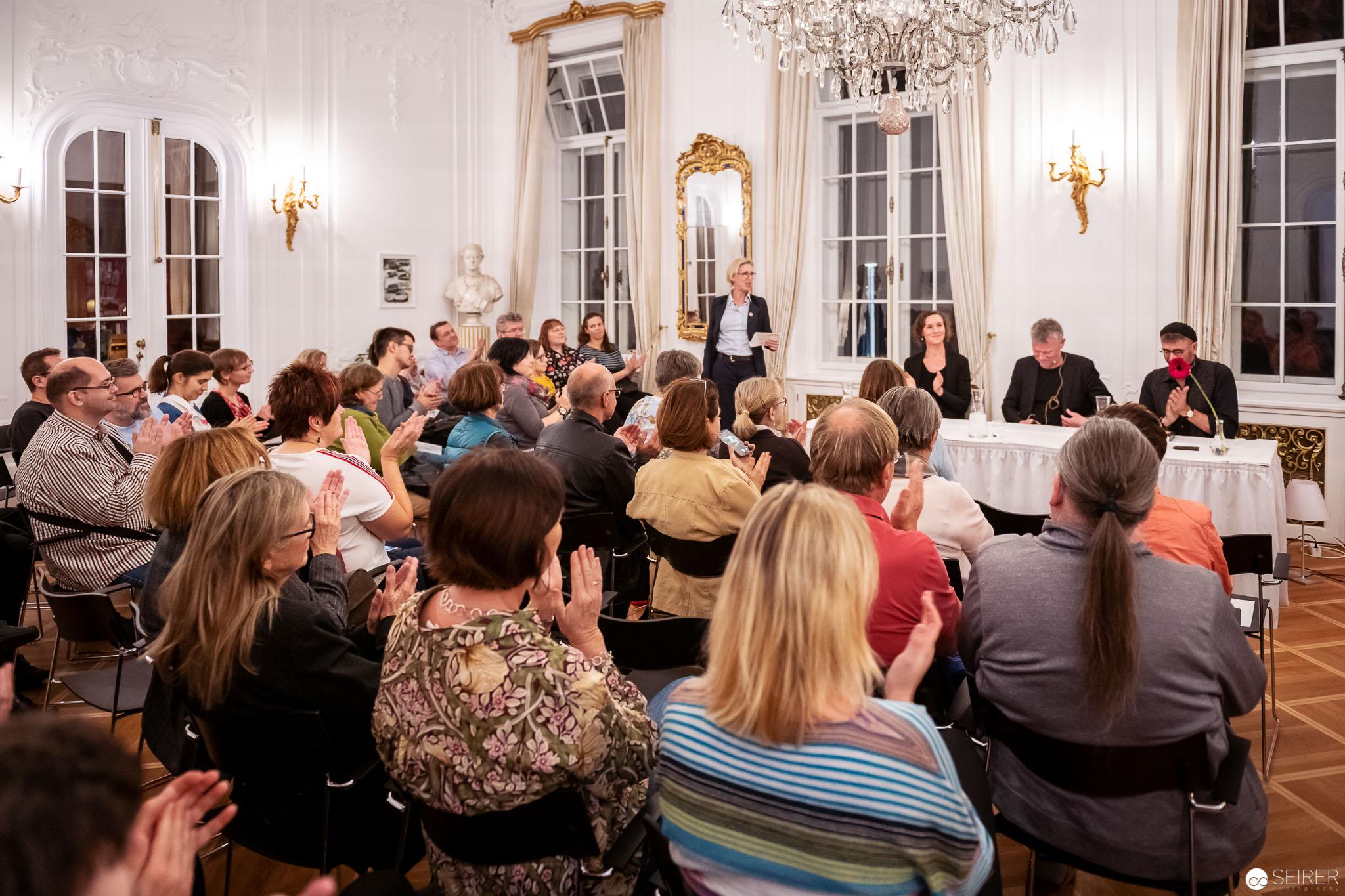 Botschafterin Mikaela Kumlin Granit vor der Lesung von Arne Dahl