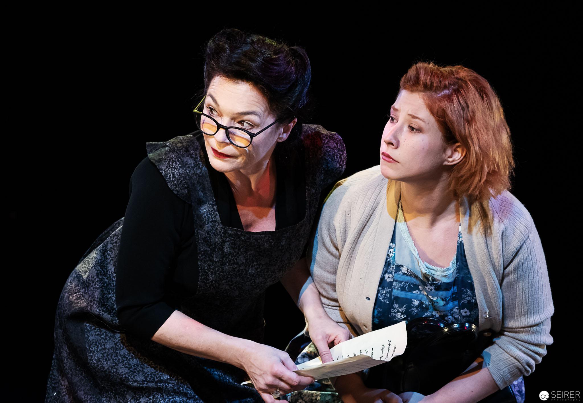 Die Zufriedenheit (Julia Stemberger) und Lottchen (Lisa-Carolin Nemec), Der Bauer als Millionär - Theater in der Josefstadt