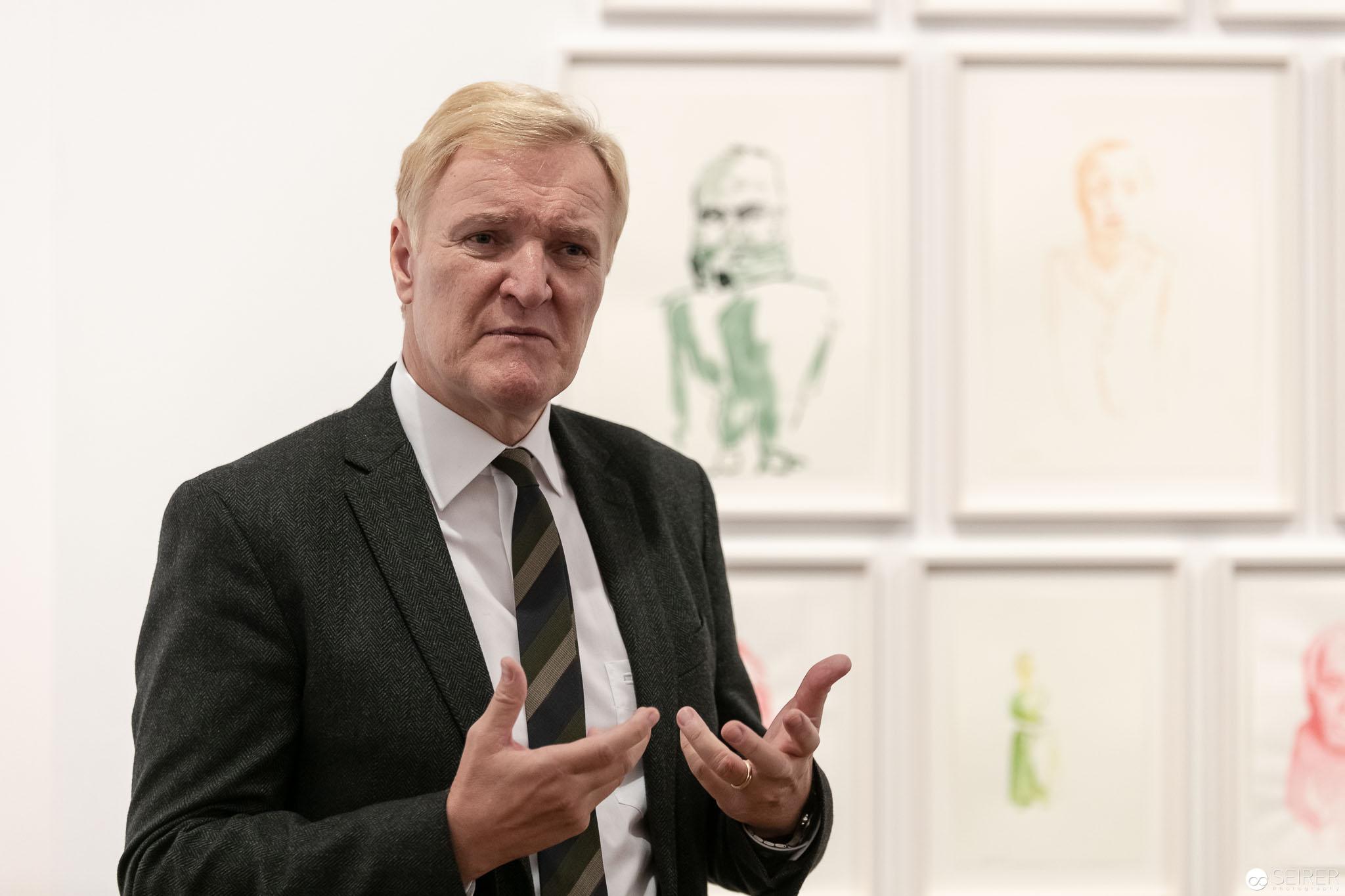 Klaus Albrecht Schröder mit Werken von Erwin Wurm im Hintergrund