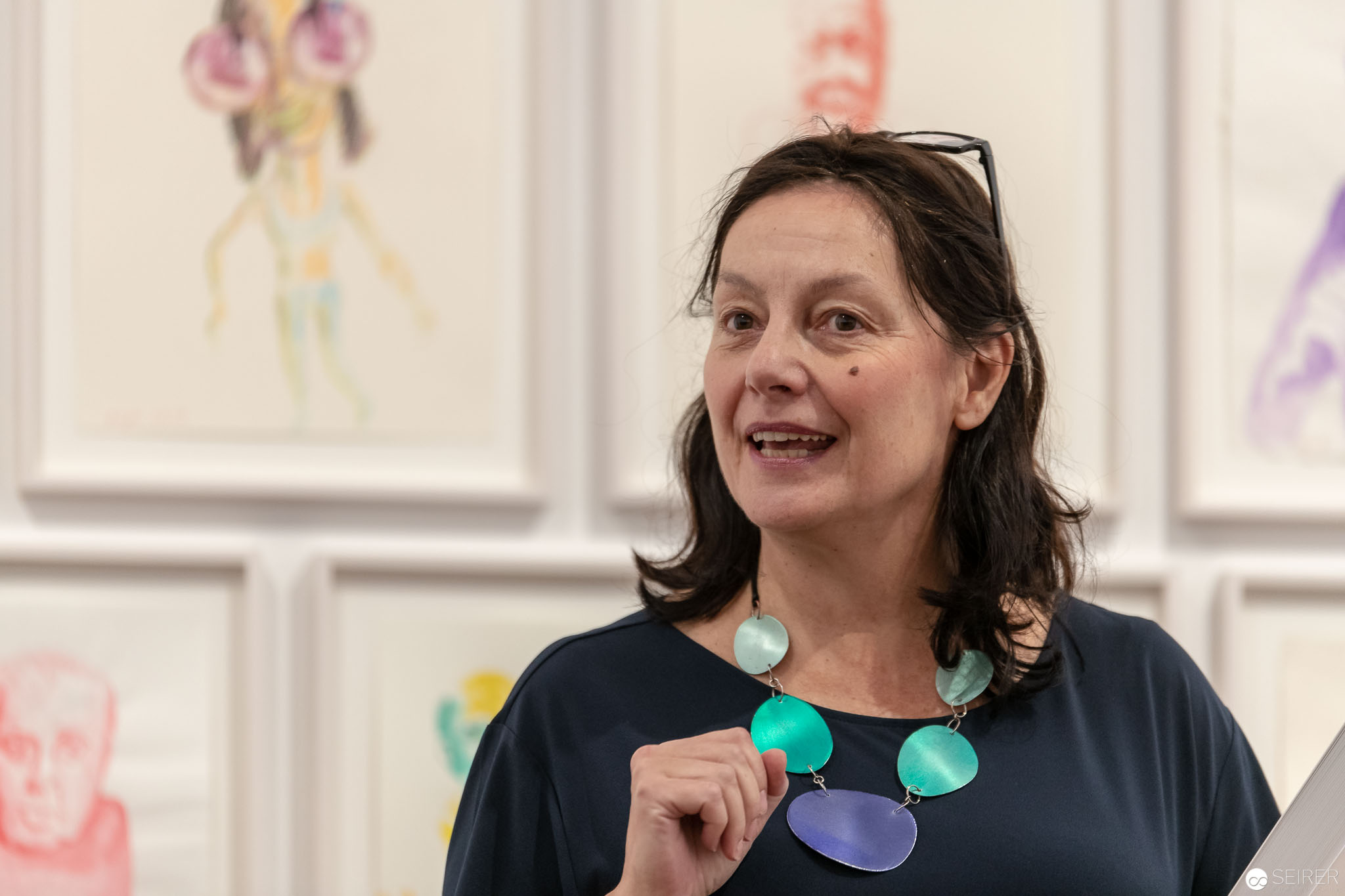 """Kuratorin Antonia Hoerschelmann der Ausstellung """"Peace & Plenty"""" von Erwin Wurm"""