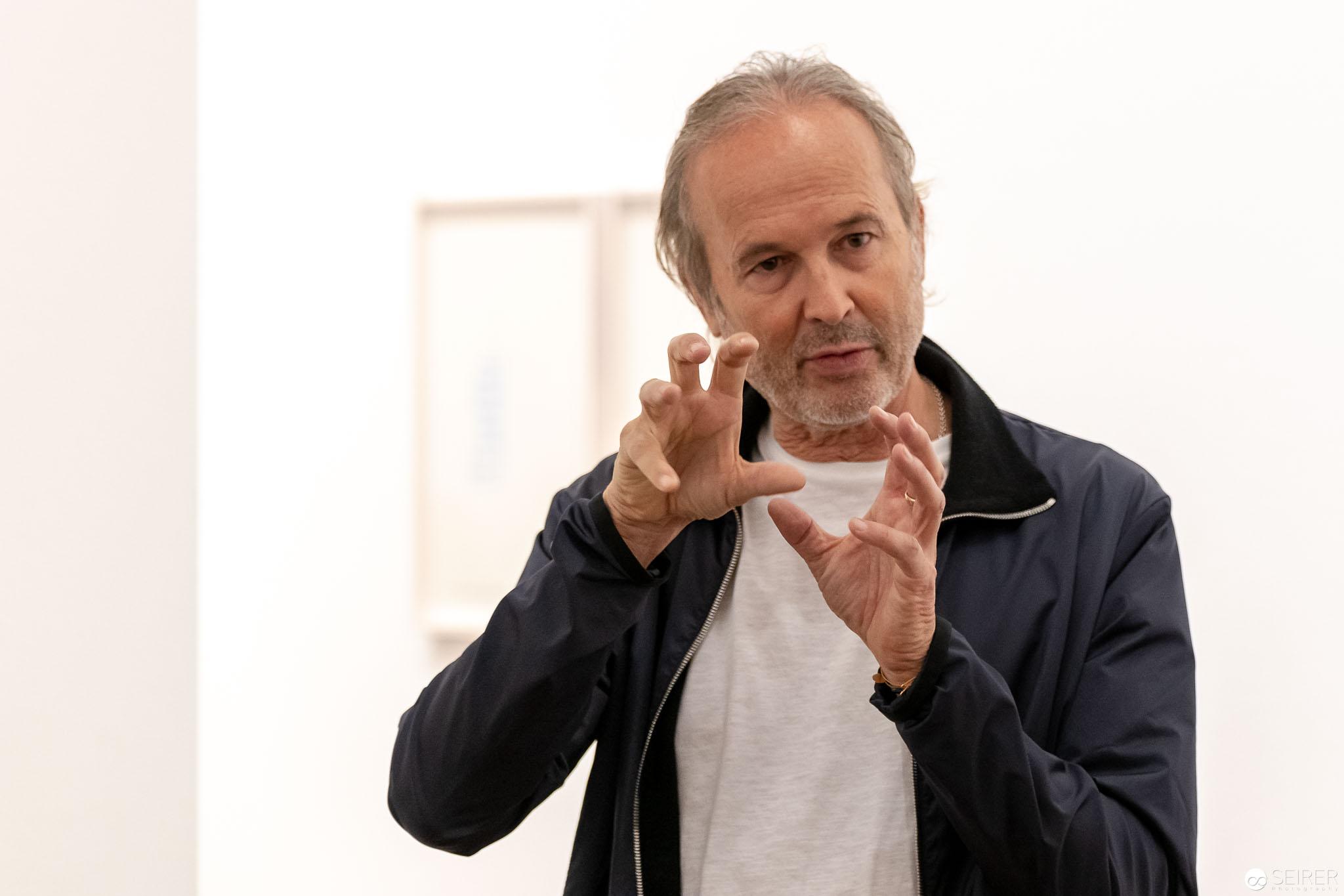 """Erwin Wurm bei der Eröffnung der Ausstellung """"Peace & Plenty"""" Ausstellung in der Albertina"""