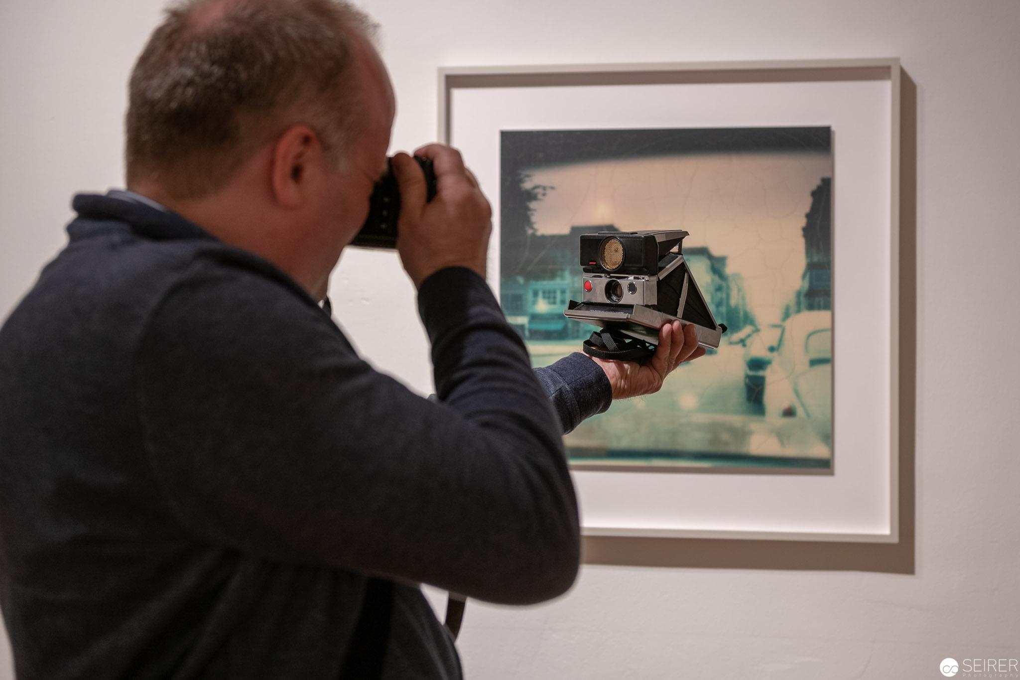 Eine Polaroid Kamera (hier eine SX-70) darf bei so einem Ausstellungsbesuch nicht fehlen