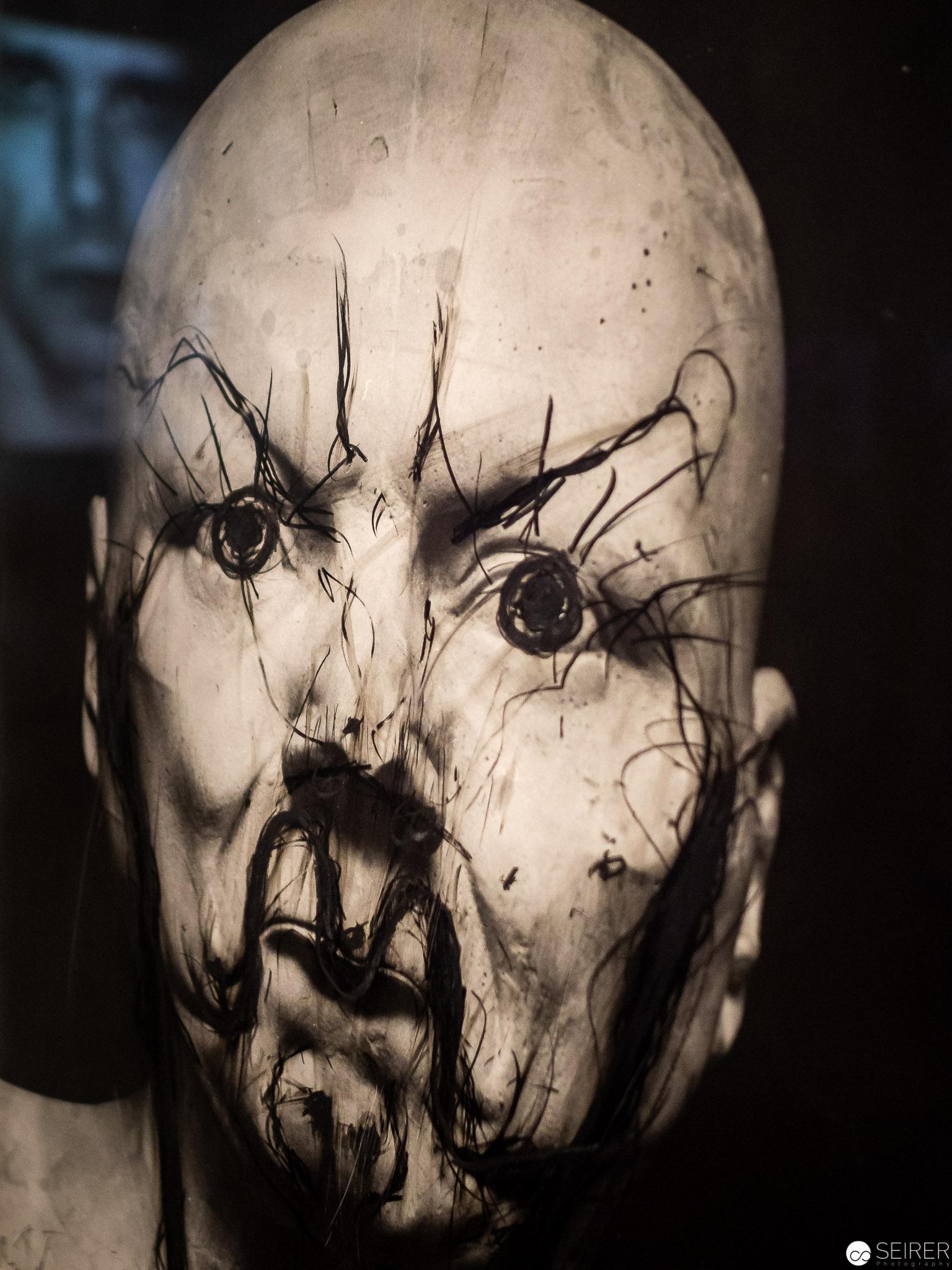 Werk von Arnulf Rainer mit einer Spiegelung eines Films mit Joseph Beuys