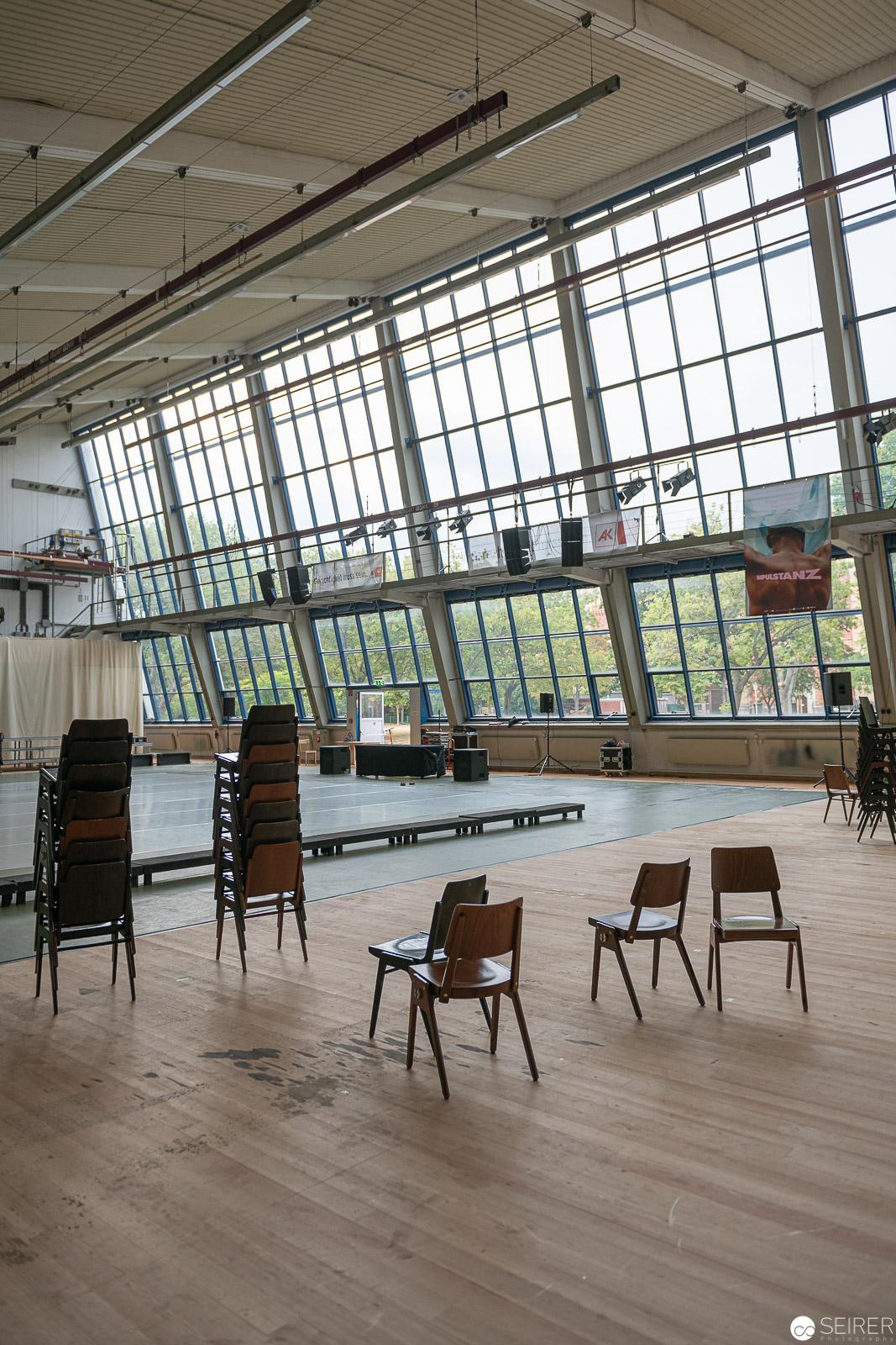 Die Vorbereitungen für den Dance Battle laufen an. Abends wird die Halle zum Bersten voll sein und Zuschauer können nur n och durch die Fenster zusehen.