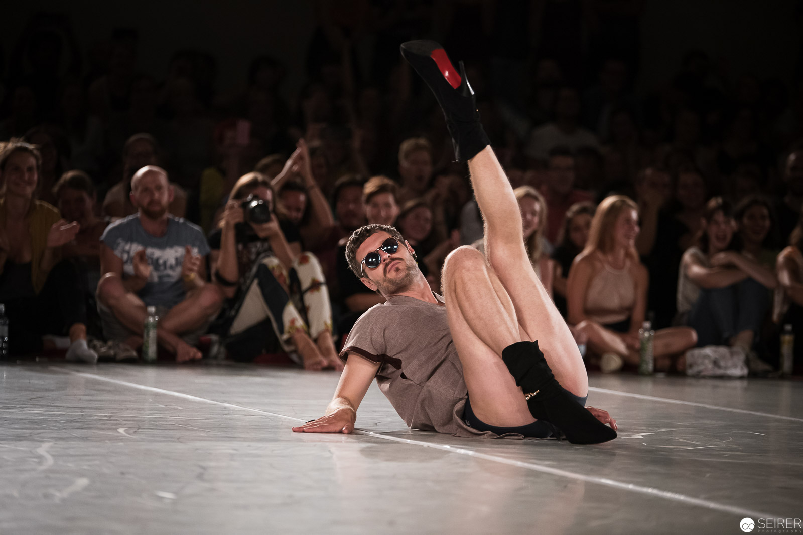 Dance Battle Teilnehmer - mit solchen Schuhen muß man erstmal tanzen…